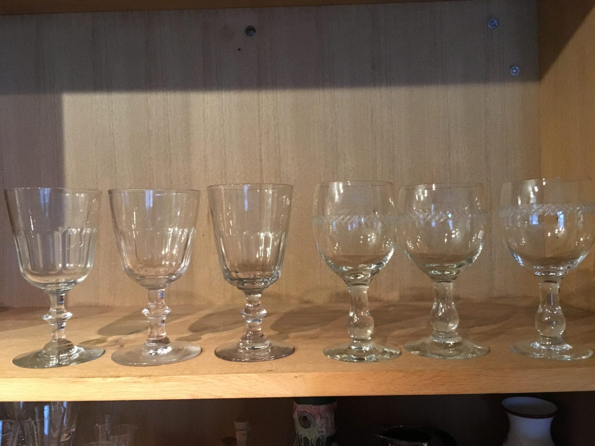 Chr. d. 8 glas pr. stk 225 kr. Ballonglas med krydsslibninger pr. stk. 200 kr