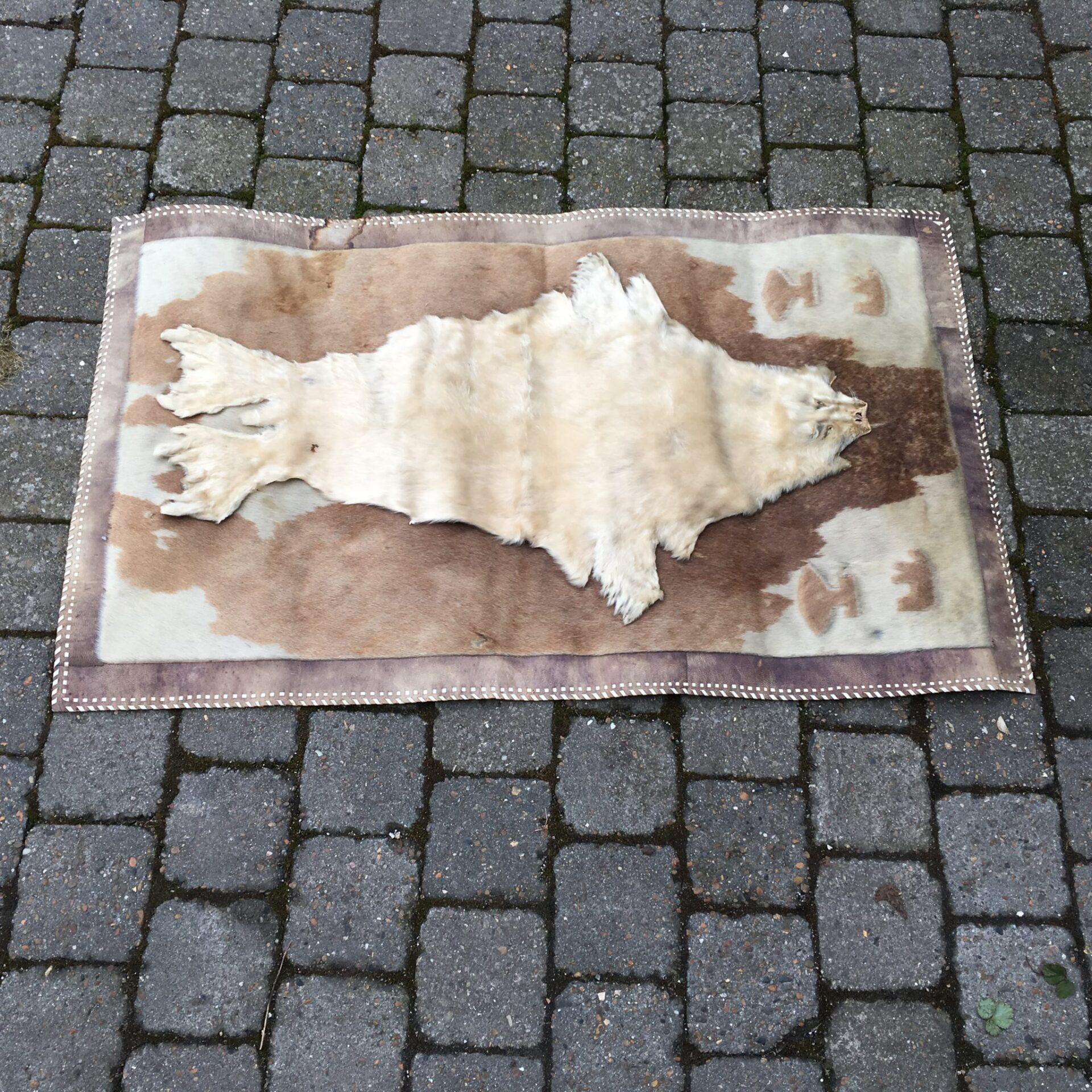 Gønlandsk vægtæppe af sælskind 66 x110 cm, pris 400 kr