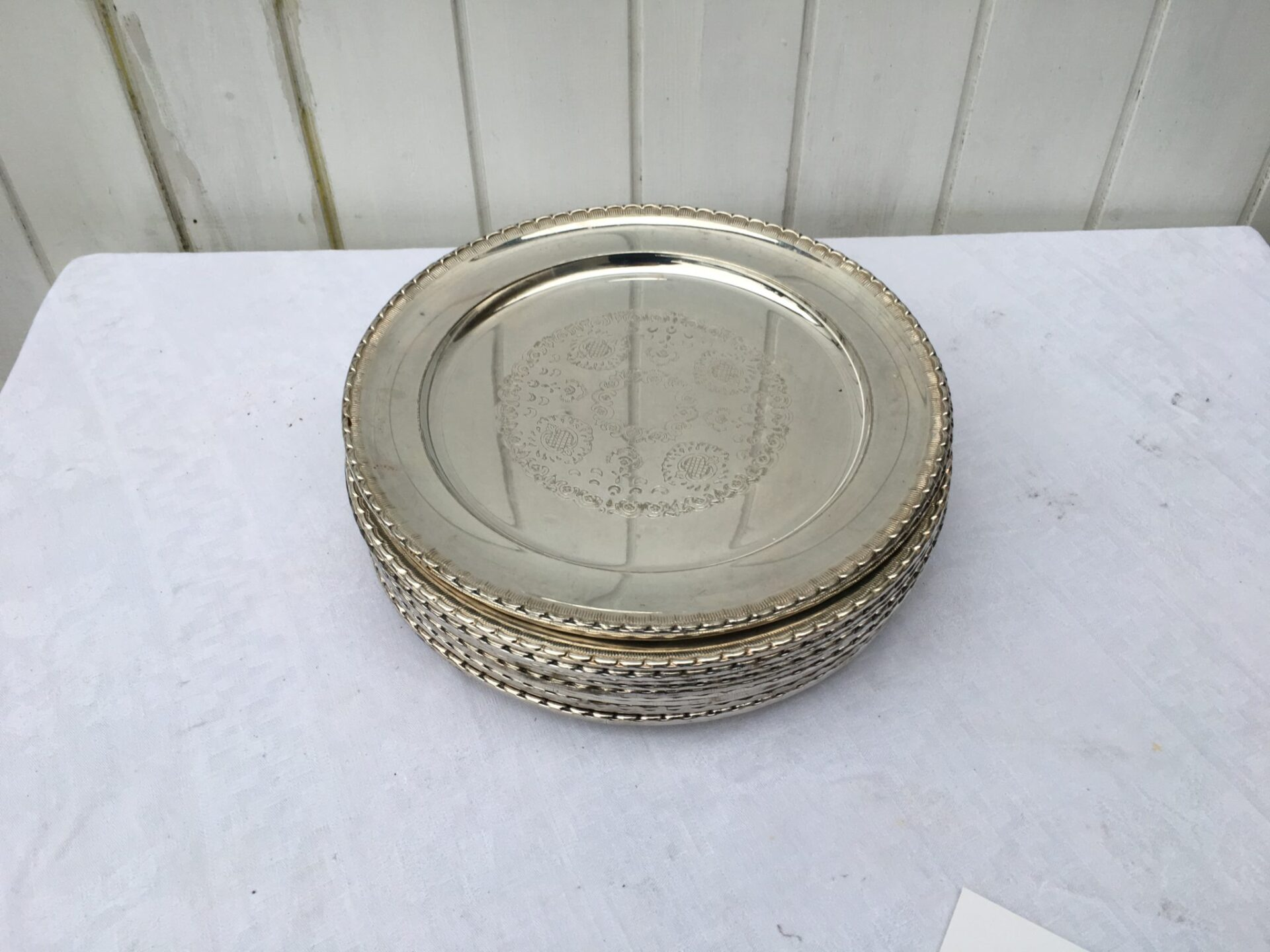 Dækketøjstallerkner af sølvplet pr. stk 75 kr