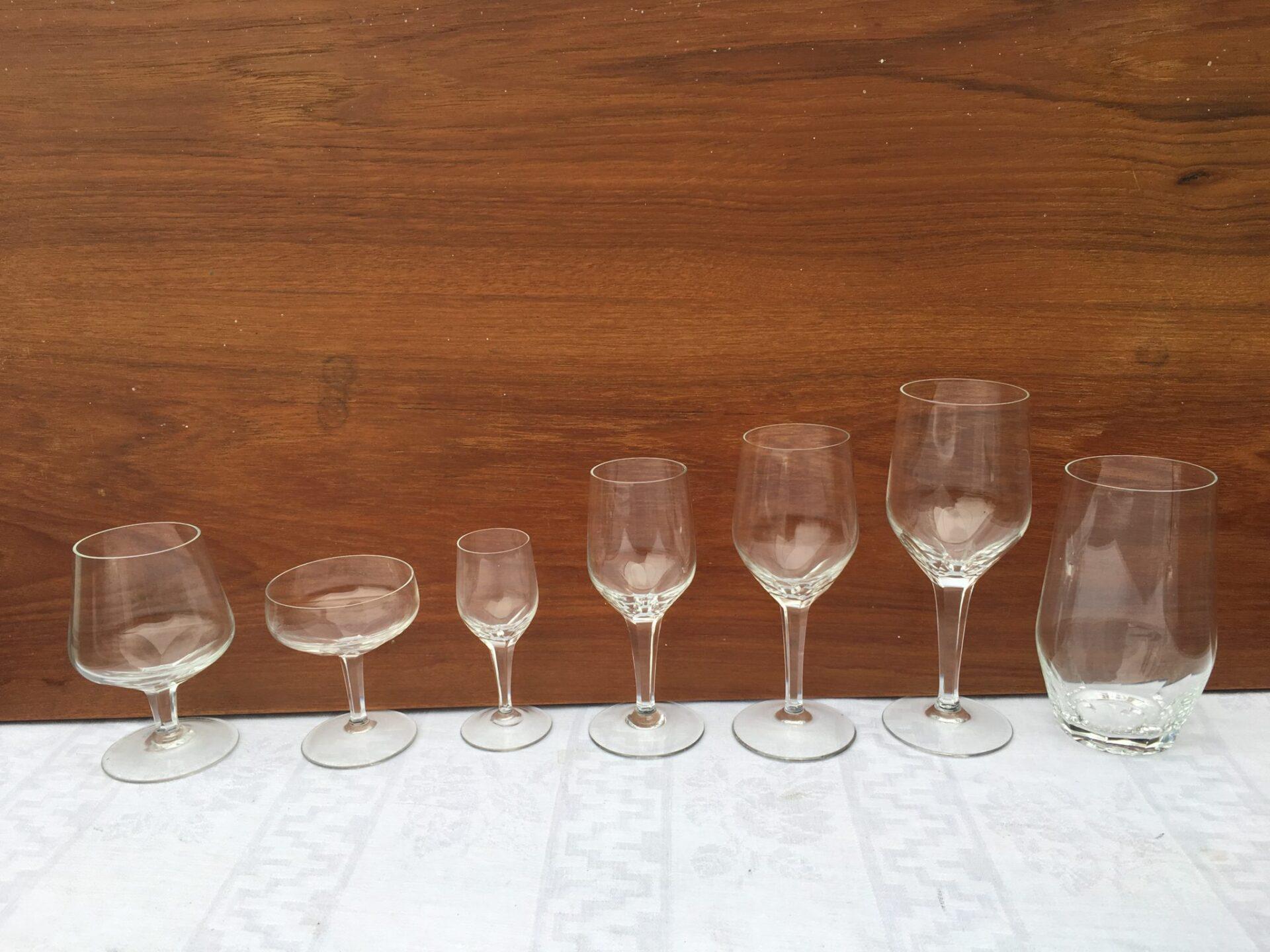 Glasservice, krystal til 12 personer. 83 glas i alt 500 kr