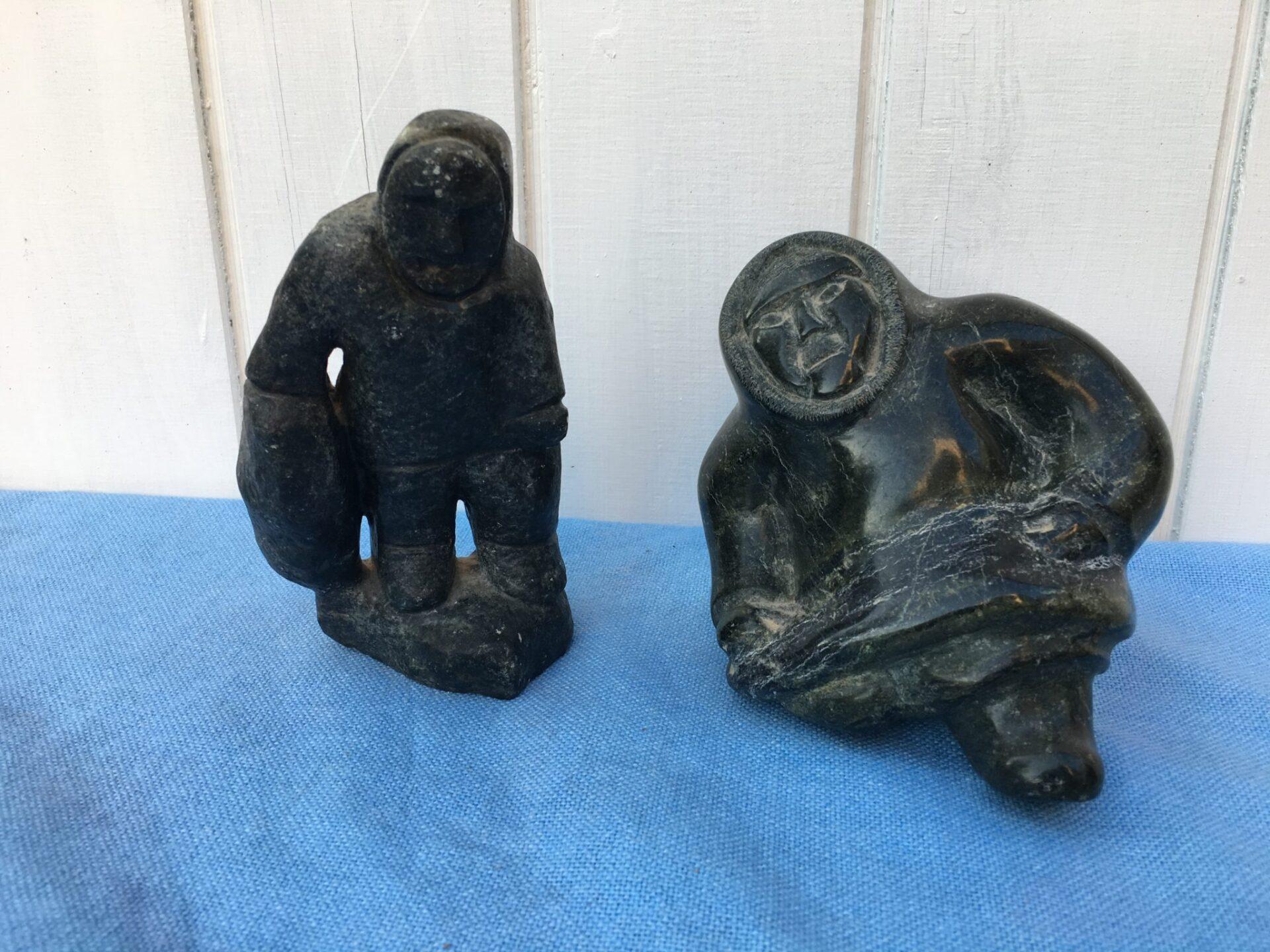 Grønlandske fedstensfigurer 200/500 kr (til venstre er solgt)