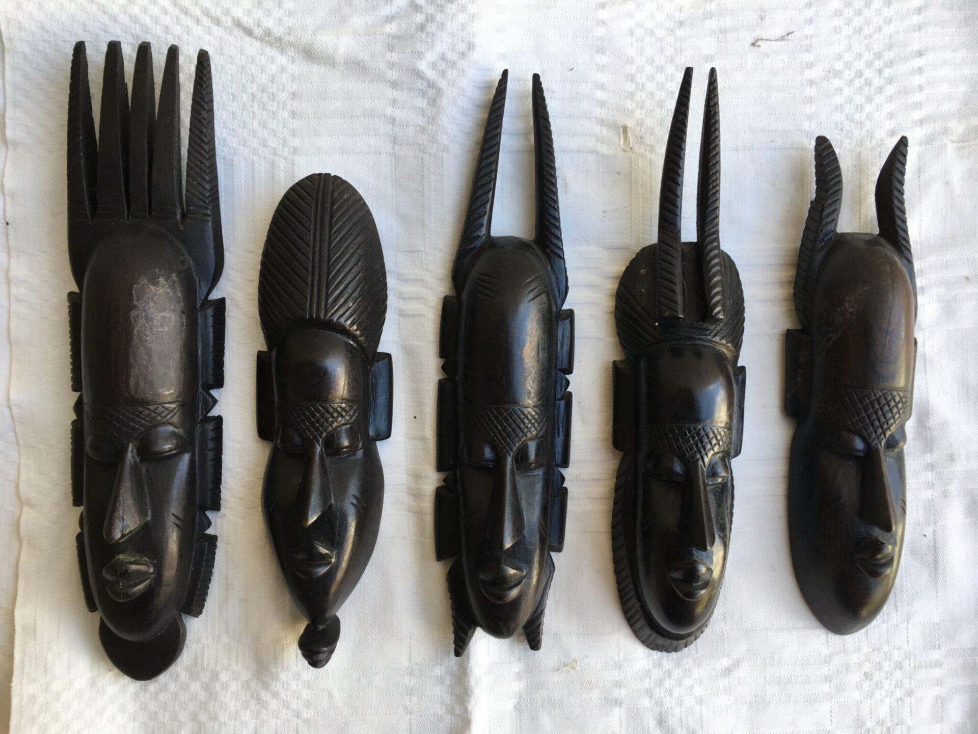 5 stk små gamle masker af ibenholt (20-30 cm) samlet pris 500 kr