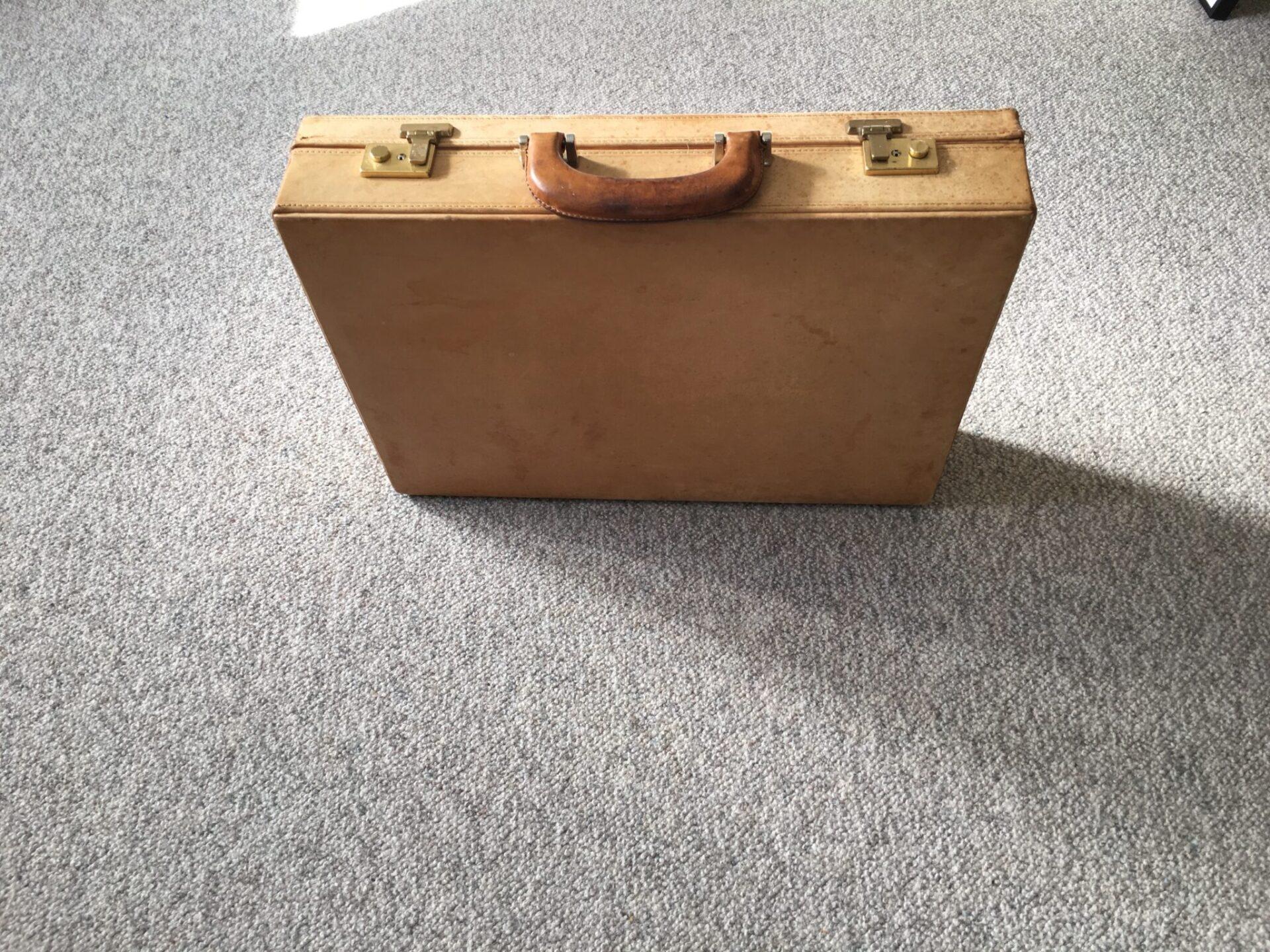 retro attachetaske af cognacfarvet læder, pris 300 kr