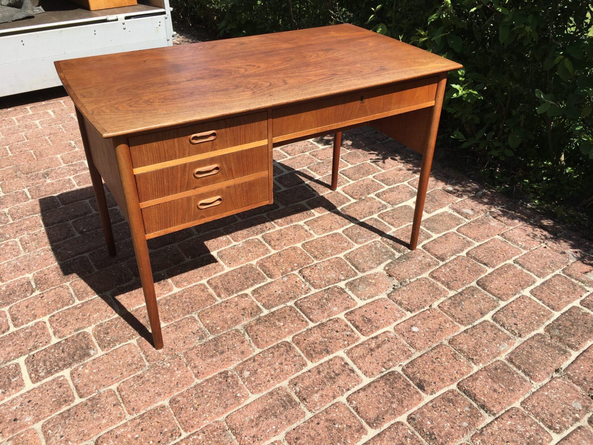 Fritstående teaktræ skrivebord, 64x113 cm, pris 700 kr