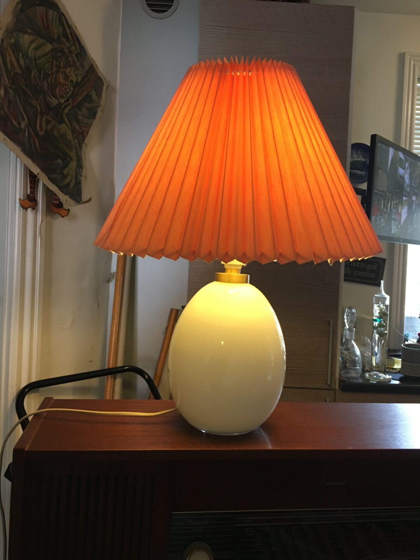 Le Klint bordlampe, opalglas, pris 700 kr