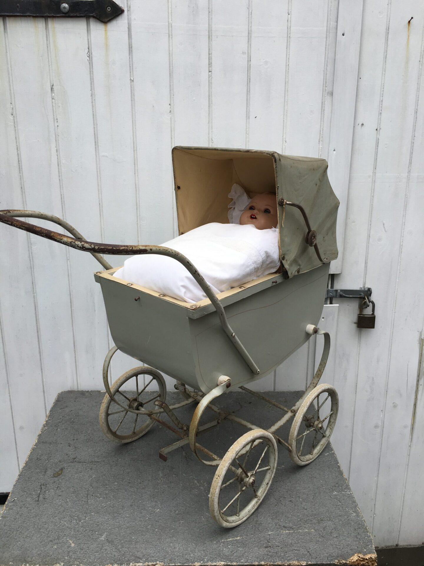 Dukkevogn med dukke, pris 300 kr