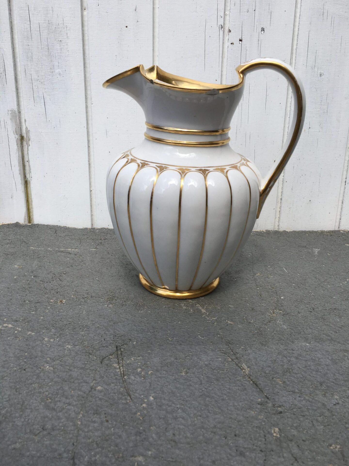 Kongelig porcelæn chokoladekande fra ca 1850 (lille kanthak). pris 400 kr)