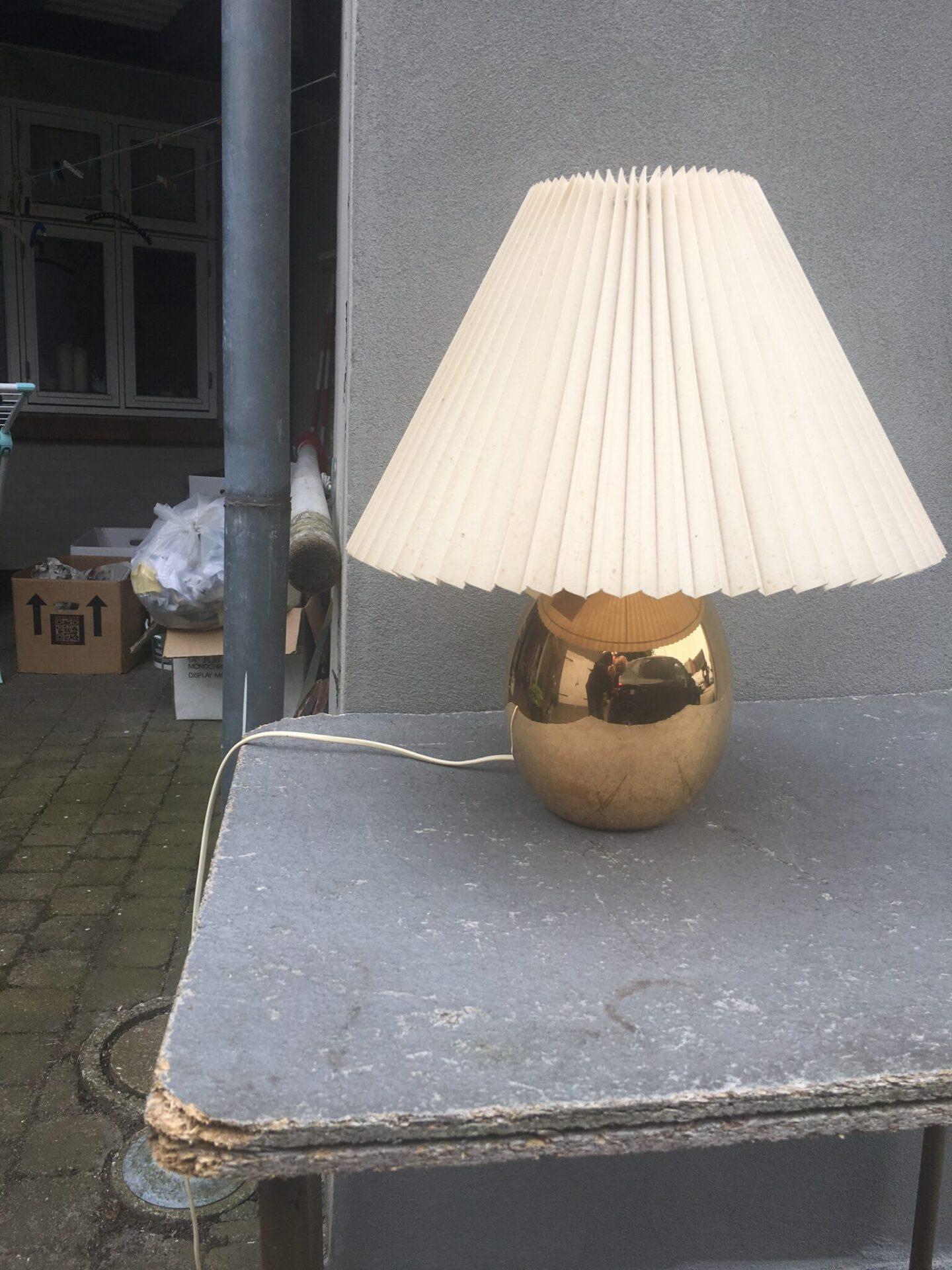 Le Klint bordlampe af messing (let ramponeret skærm. Pris 600 kr