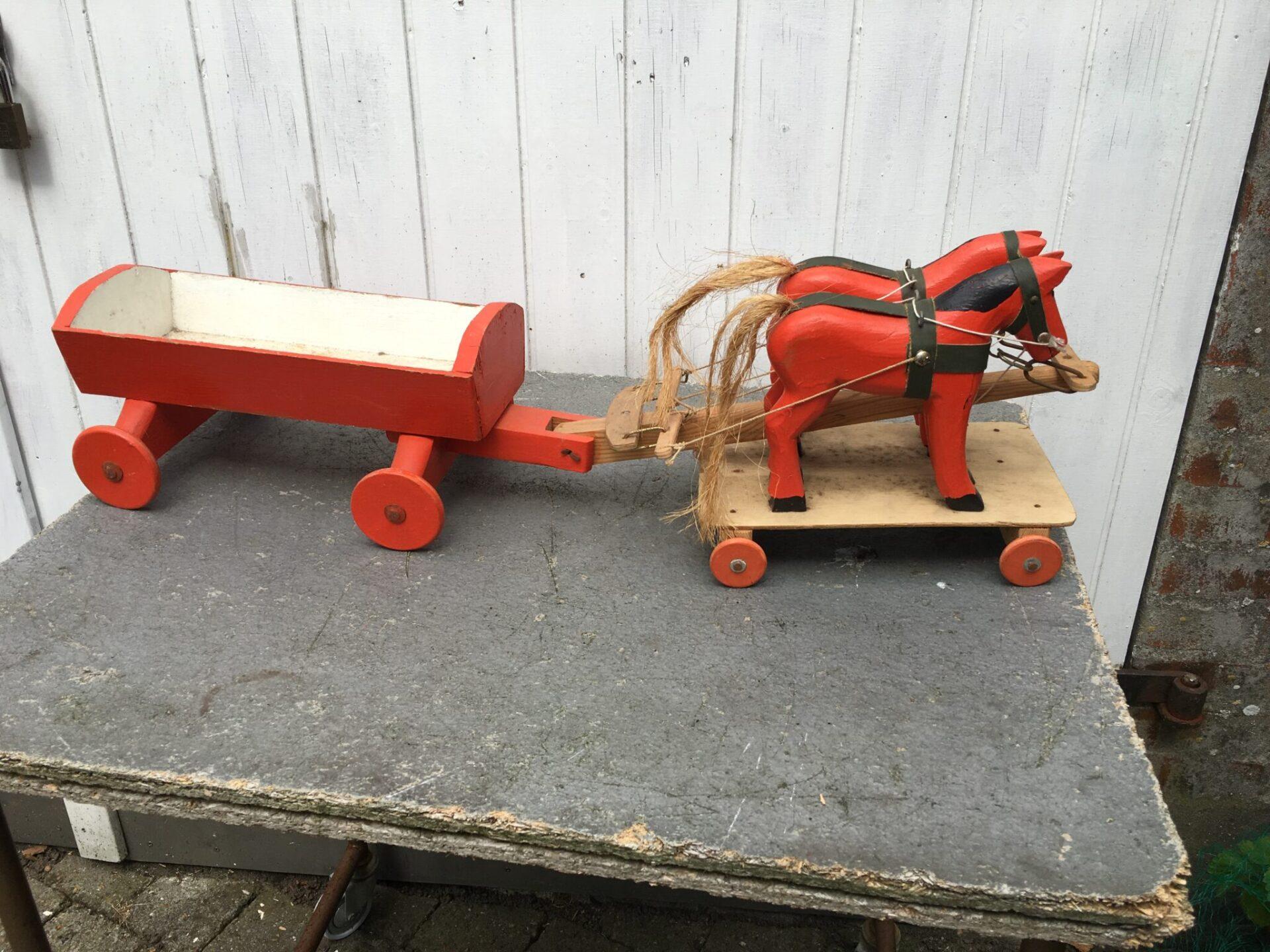 Gammelt trælegetøj, Hesteforspand, (antageligt fængselslegetøj), l=80 cm, pris 500 kr