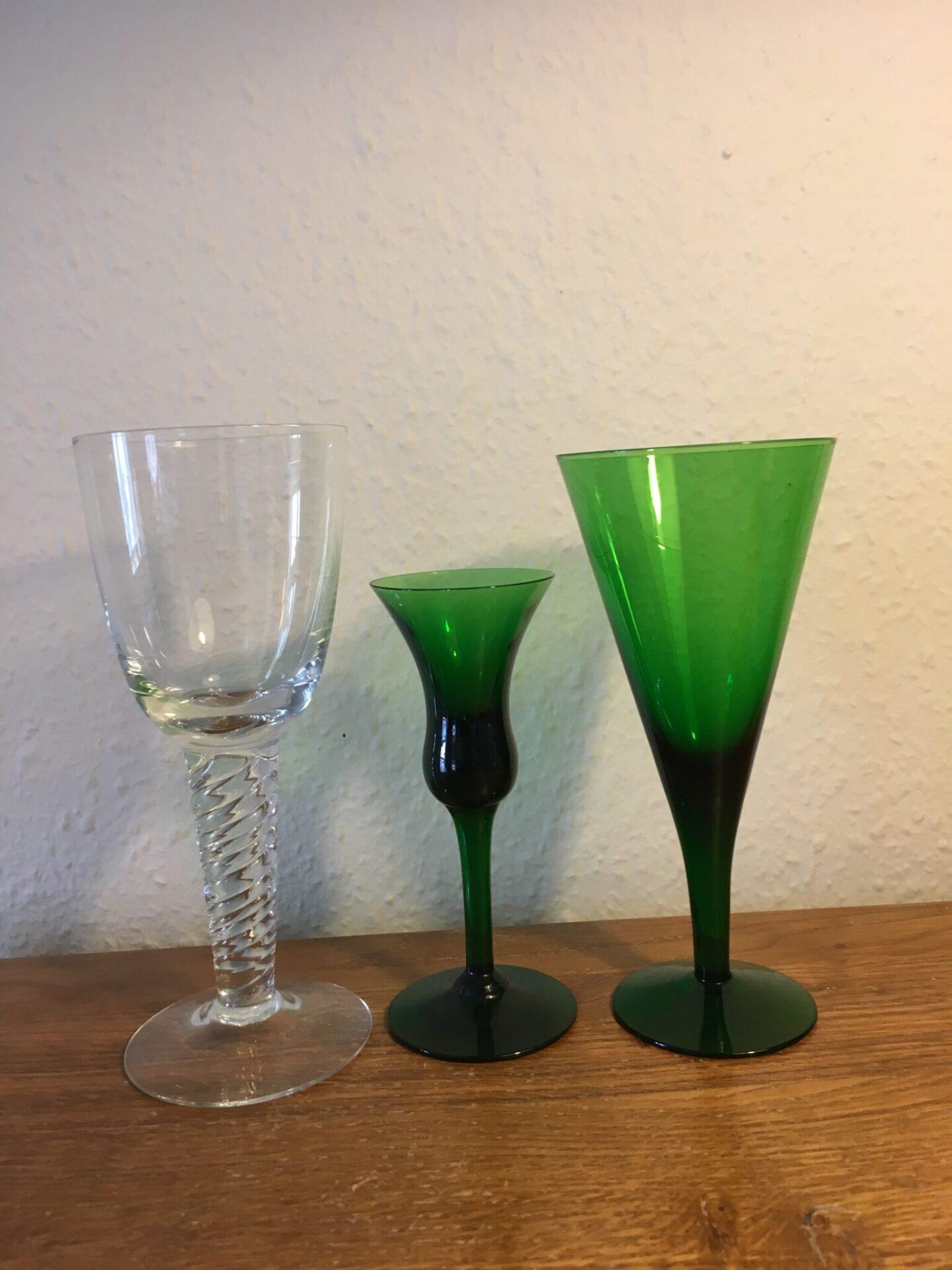 Twist (Holmegaard eller Kastrup), h =19,5 cm, pris pr stk 150 kr, Holmegaard snapseglas pr. stk 50 k