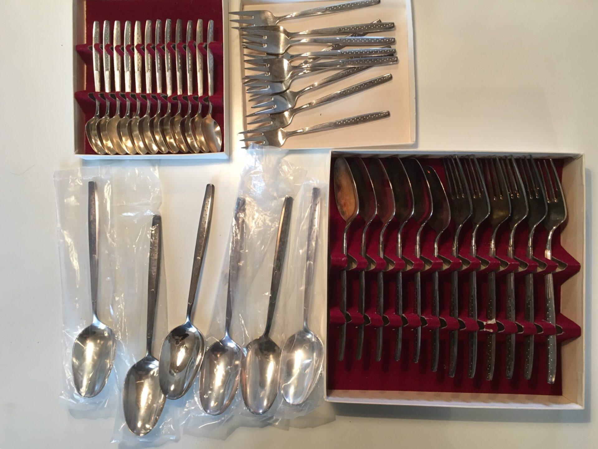 40 dele Vendig, KJA bestik, fremstår stort set ubrugt, sælges samlet for 500 kr, Originale æsker fra