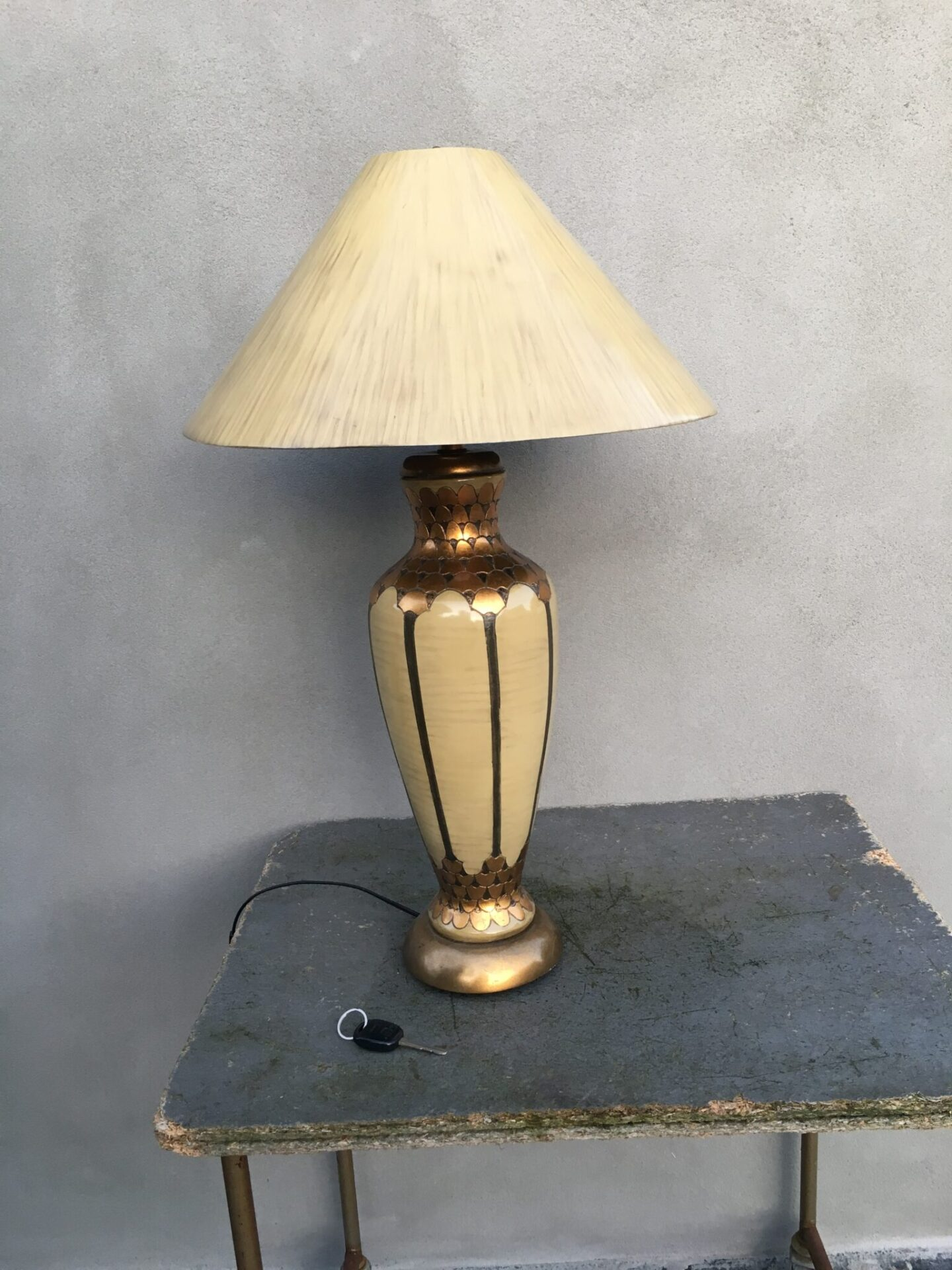 Stor kinesisk bordlampe i jugendstil, pris 300 kr. Højde til overkant skærm =80 cm