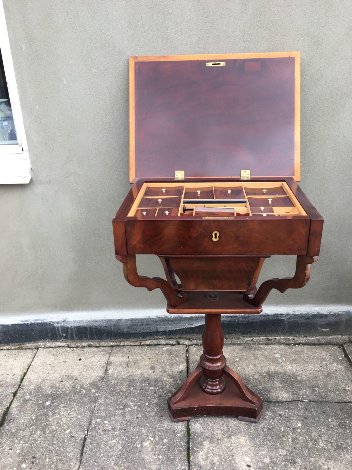 Lille fint sybord, velholdt, 1800-tallet, mahogni. Pris 1000 kr