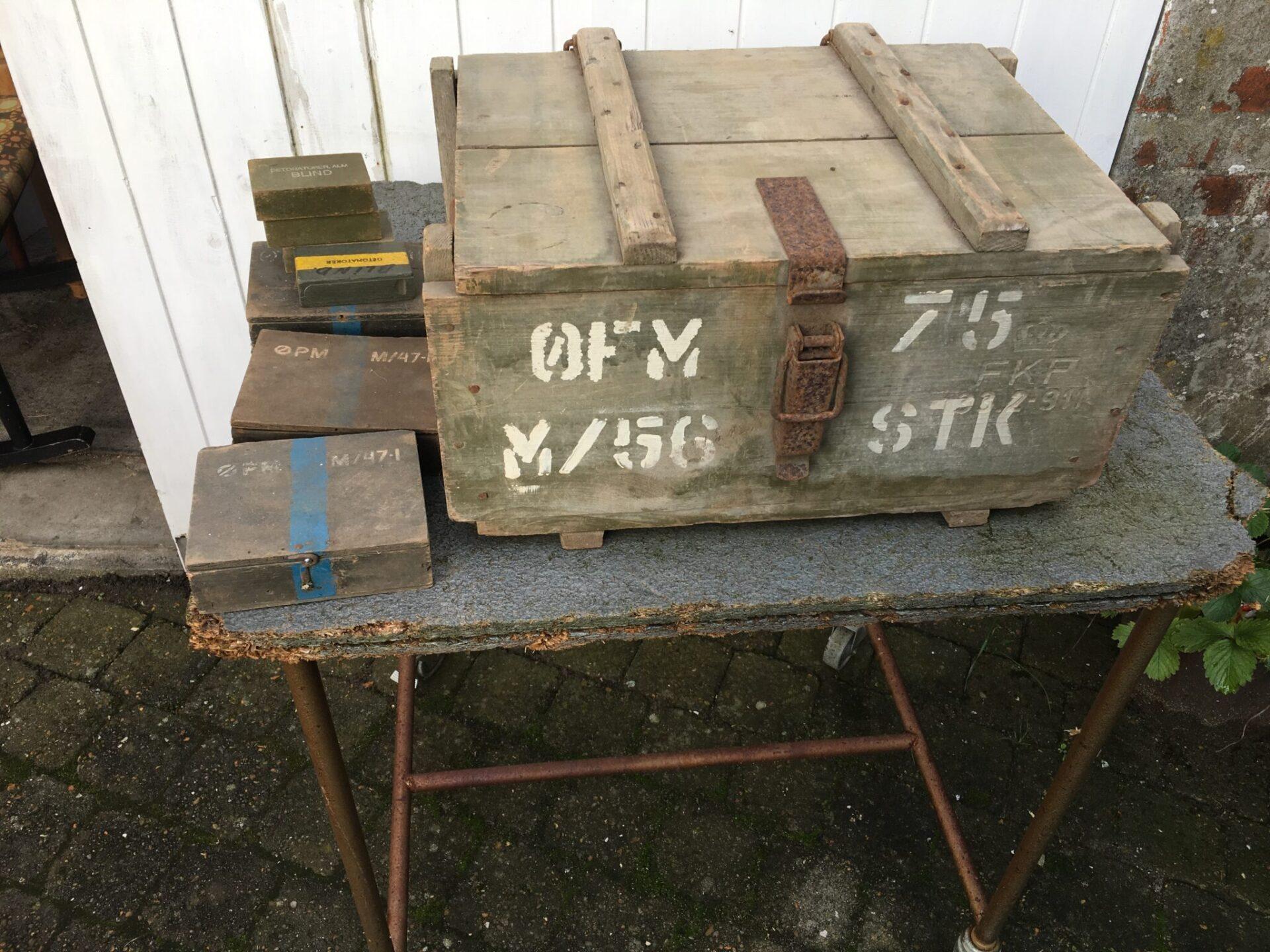 gammel militærkasse + diverse æsker til ammunition, samlet pris 300 kr