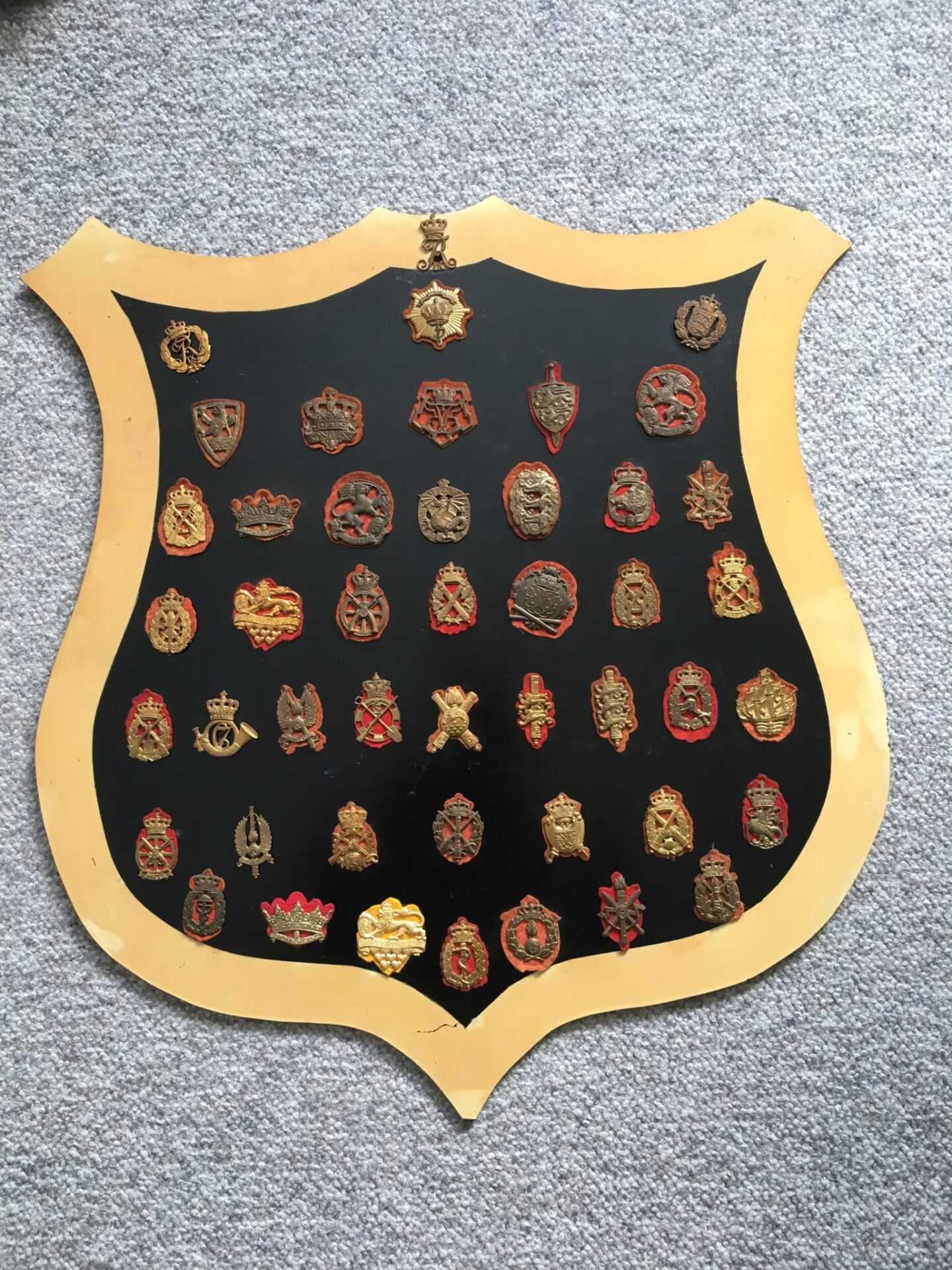Samling danske regimentsmærker monteret på plade , ca 50 stk (få ekstra medfølger) samlet pris 750