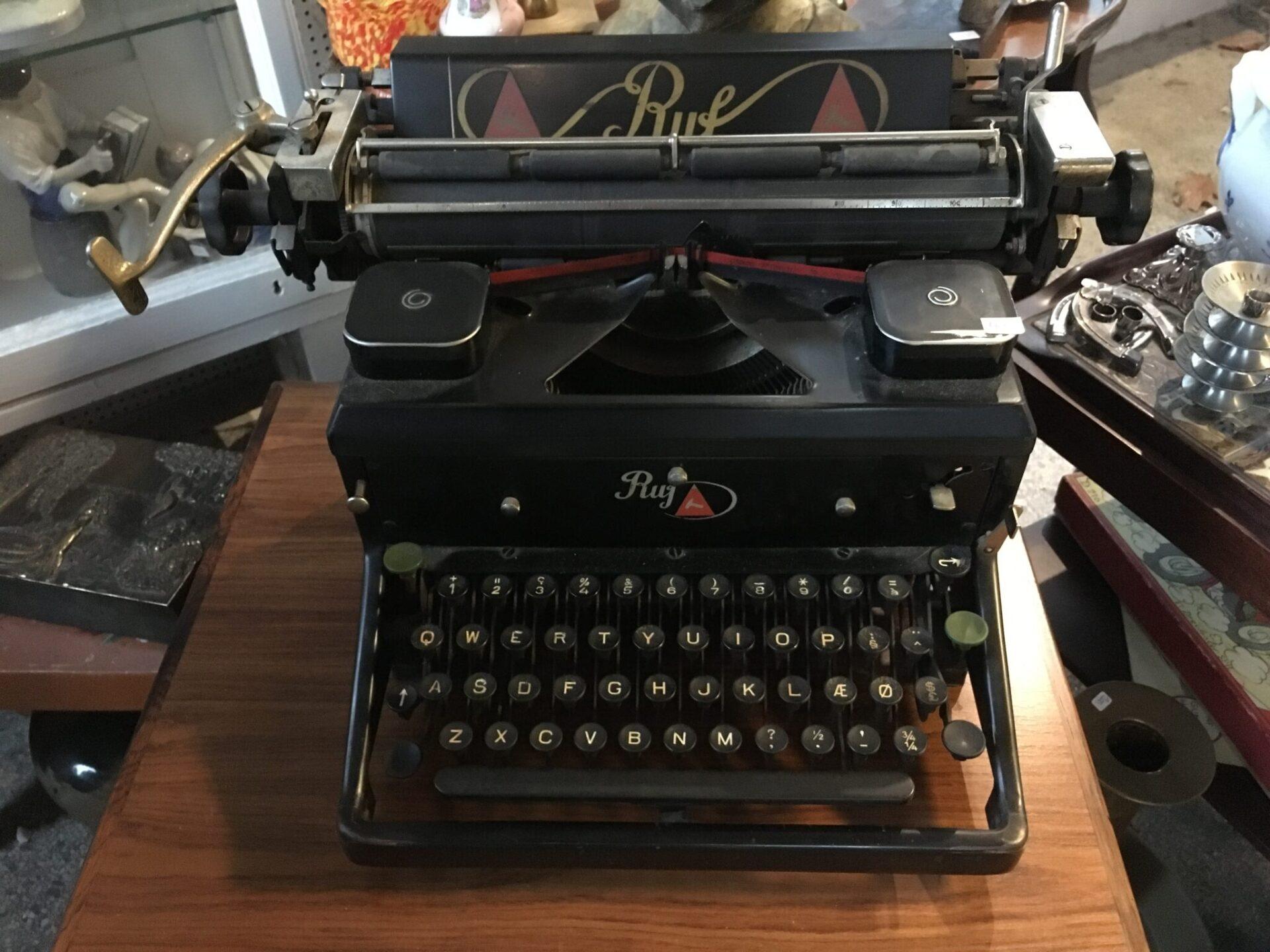 Skrivemaskine mrk RUF, ca 1950, pris 400kr
