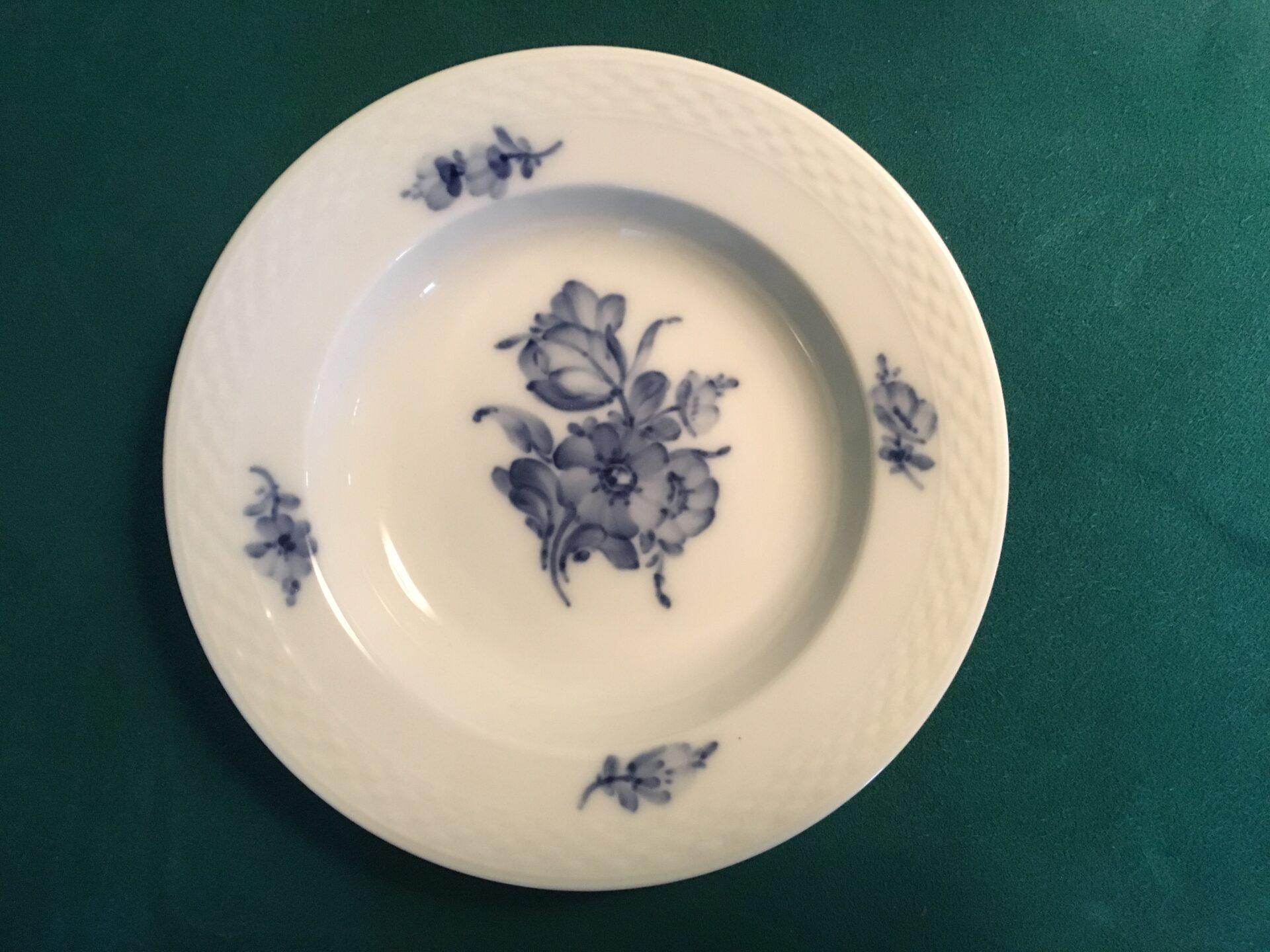 Blå Blomst flet, små dybe desserttallerkner, nr 8109, d=14,5 cm, pris pr stk 75 kr