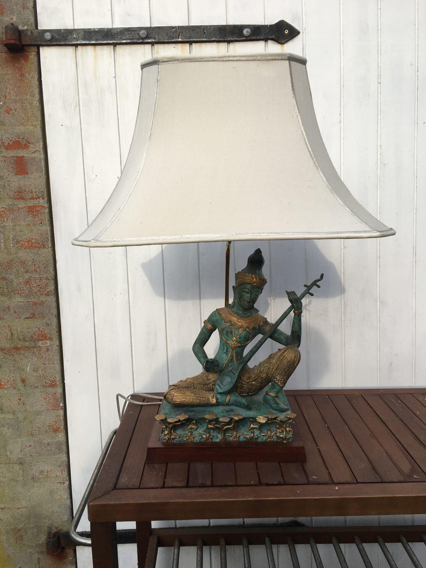 stor thailandsk bordlampe, forgylst bronze, h=75 cm, pris 600 kr