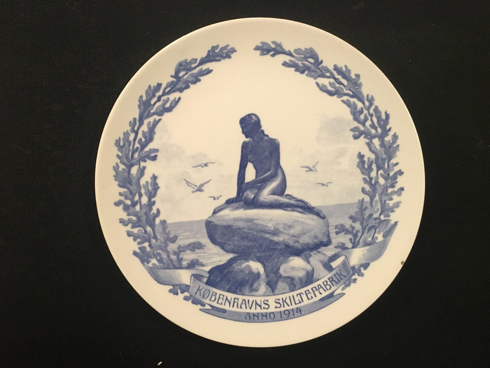 Københavns Skiltefabrik 1904, Aluminia fajance platte, d=21 cm., pris 200 kr