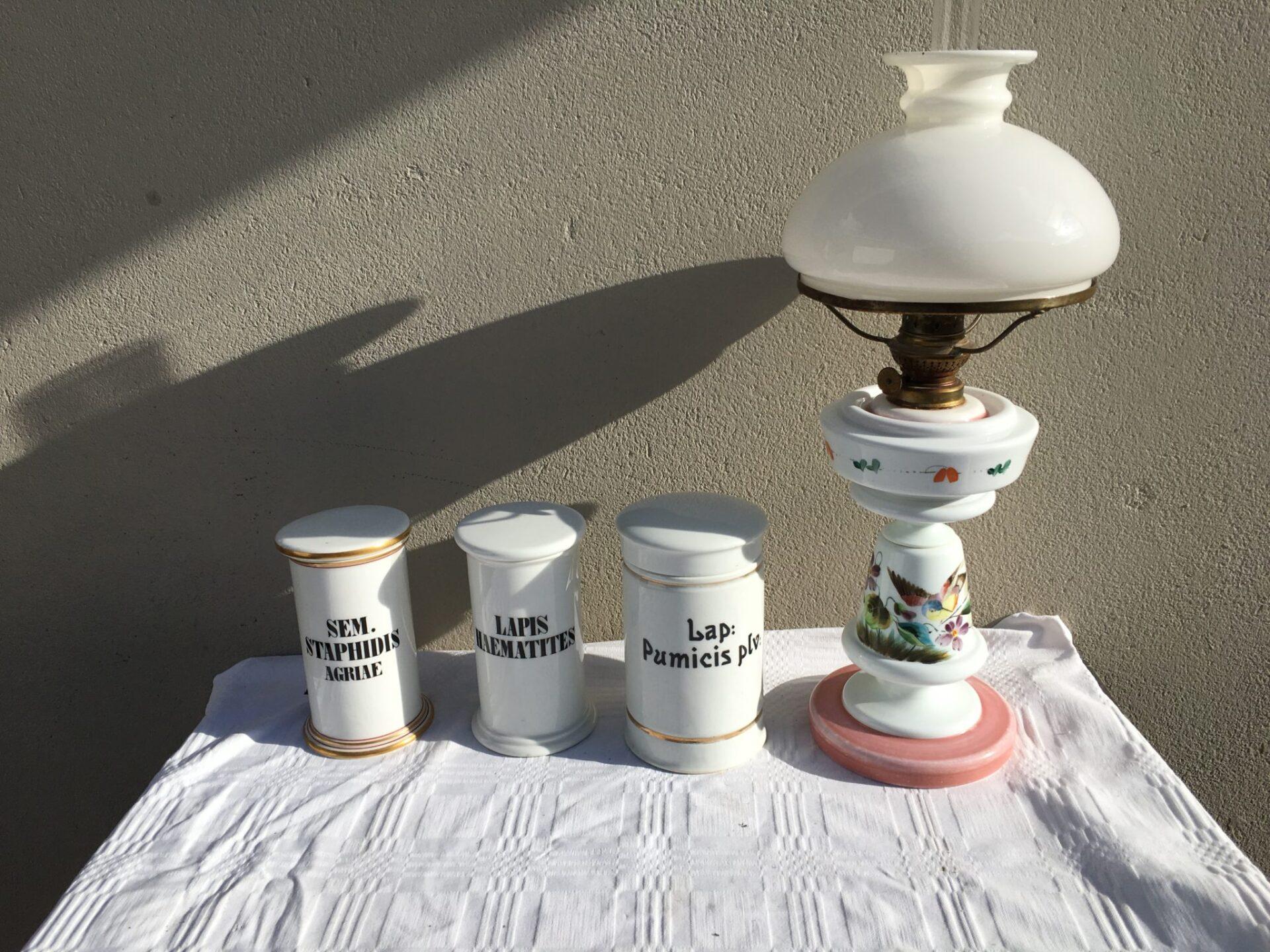 gl. apotekerkrukker pr. stk 400 kr. Petroleumslampe af bemalet opalineglas koster 1000kr