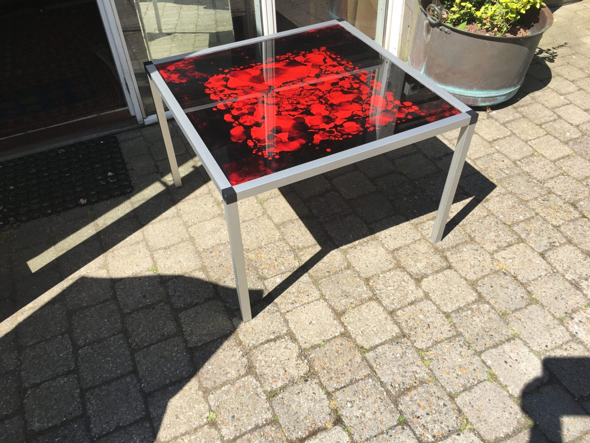 80-bord med rød glasplade (70x70 cm) pris 100 kr