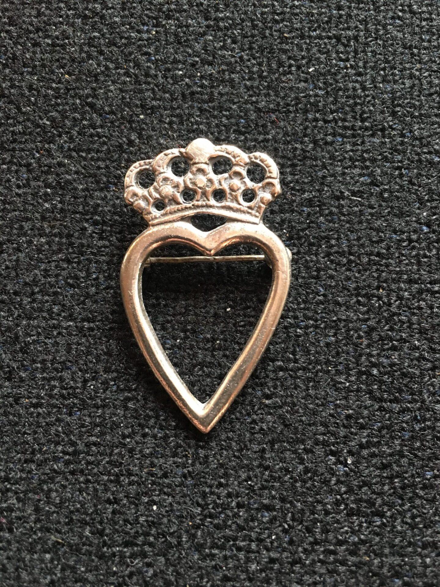 Broche af sølv, h= 4,5 cm, pris 300 kr
