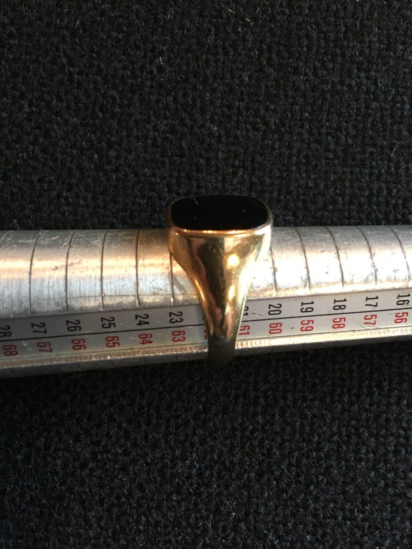 Herrering 14 karat guld med med onyx, str. 61/62, pris 1400 kr