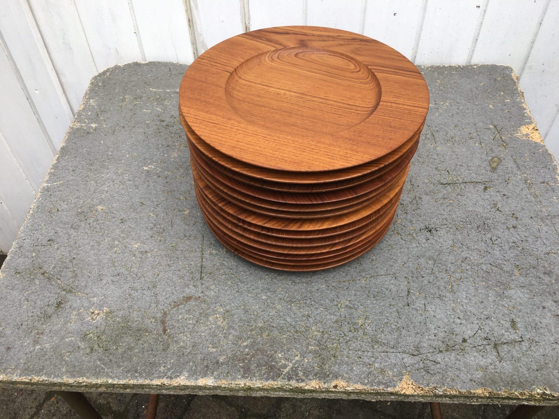 12 stk velholdte dækketallerkner af teaktrø, d=27,5 cm, mrk.
