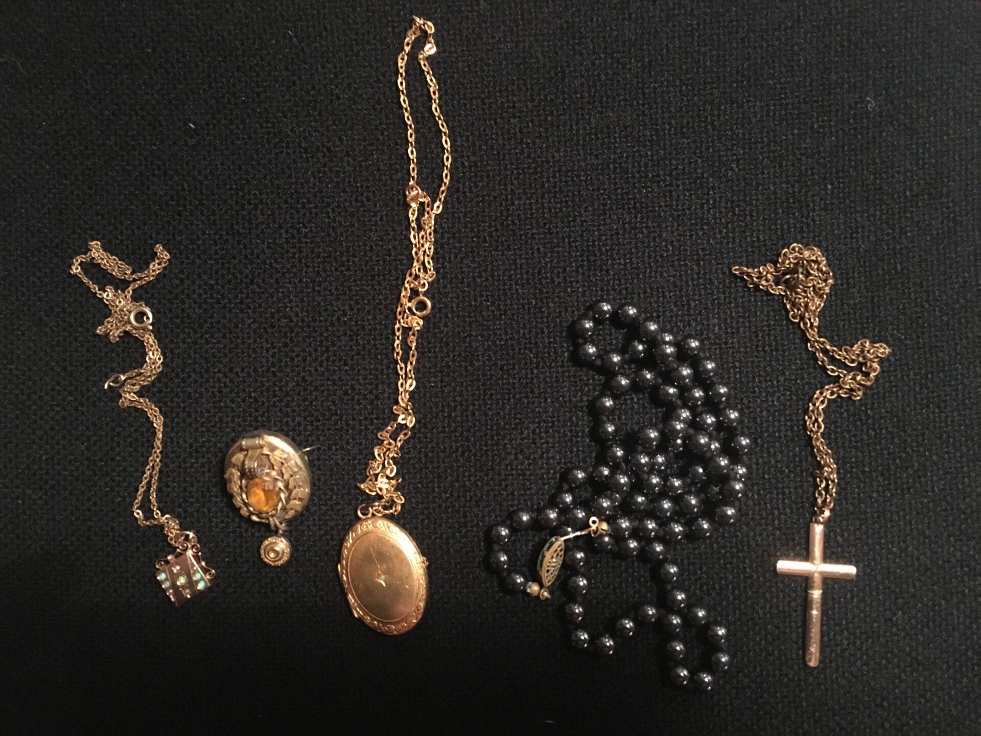 Antikke smykker, ej guld og sølv, pr. stk 100 kr