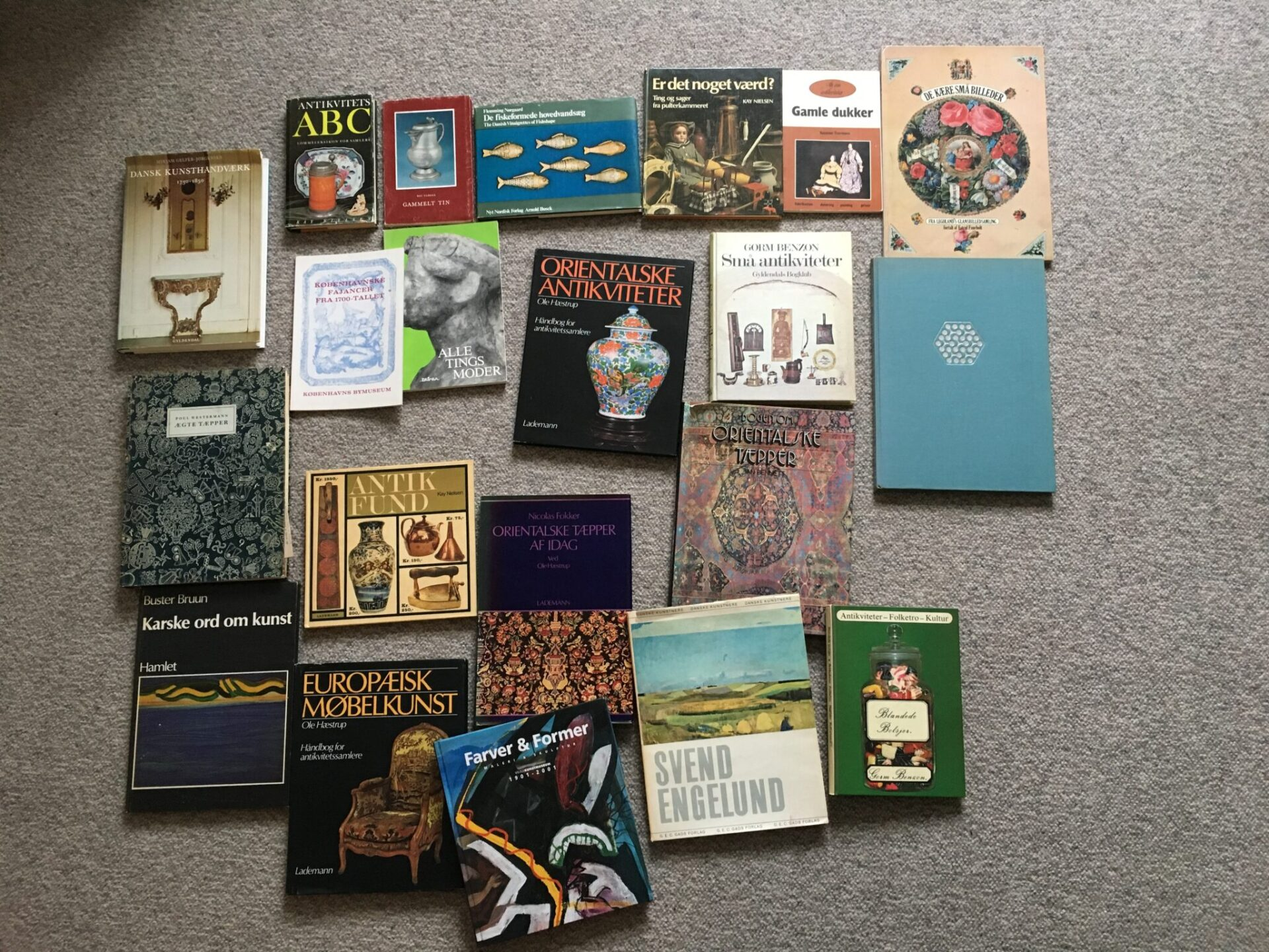 Bogudsalg: 20 stk  bøger om kunst og antikviteter kan afhendtes for400 kr.