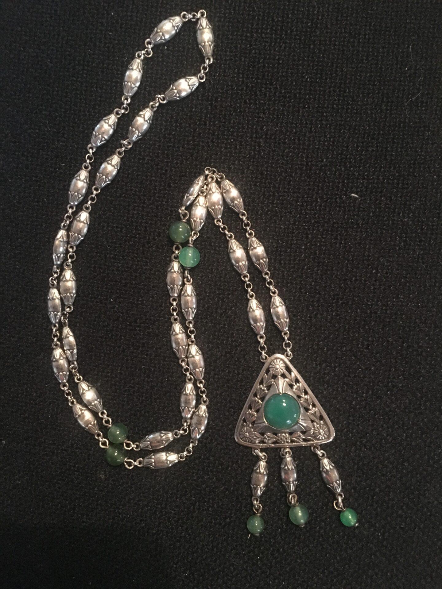 Gammel sølvkæde, stemplet 800 og et lidt utydelig mesttermærke (YH ???) l=70 cm, pris 800kr