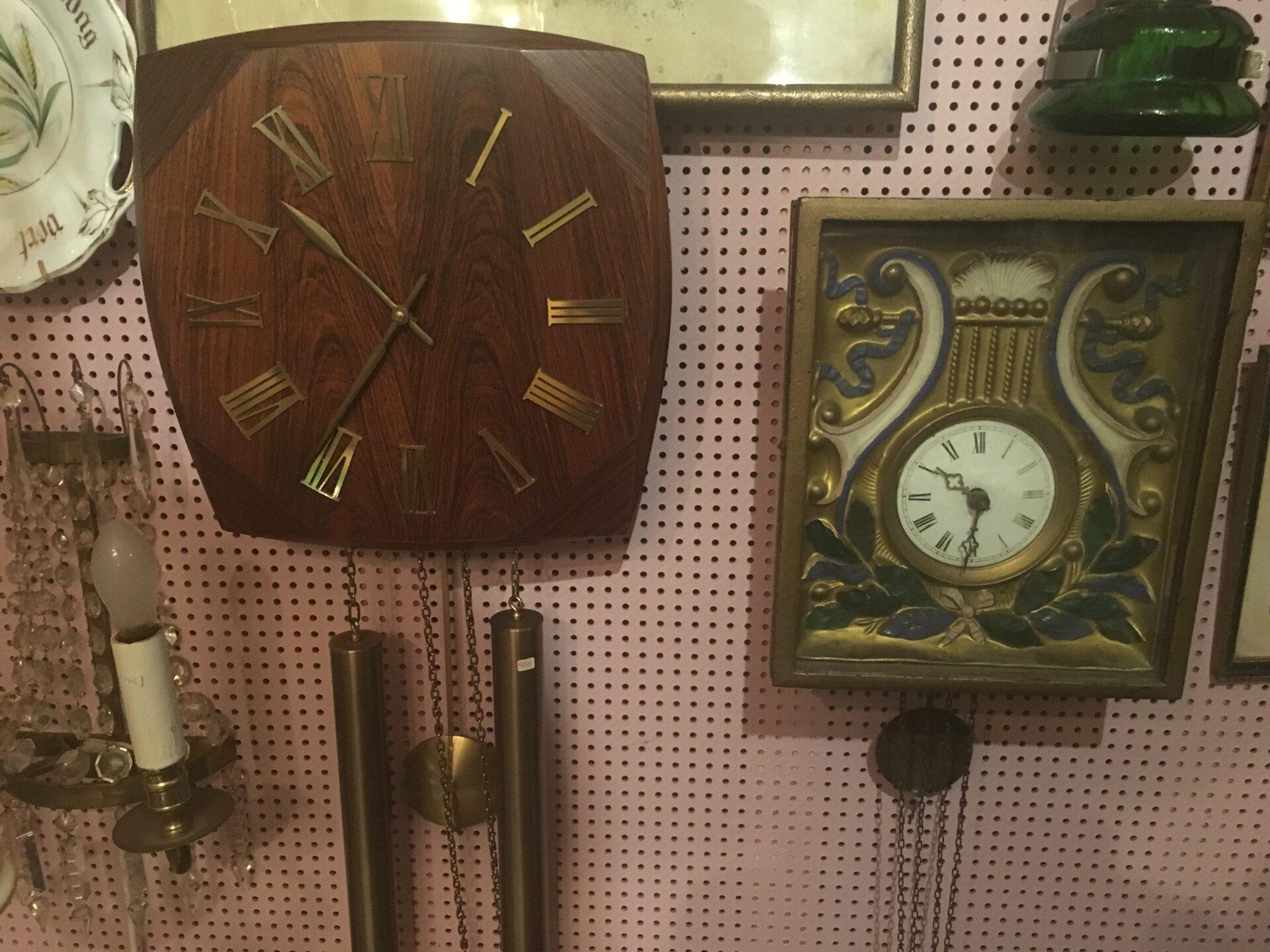 Retro vægur palisander træ, pris 400 kr. Schwartzwald ur fra 1800-tallet, pris 500 kr. Begge fungere