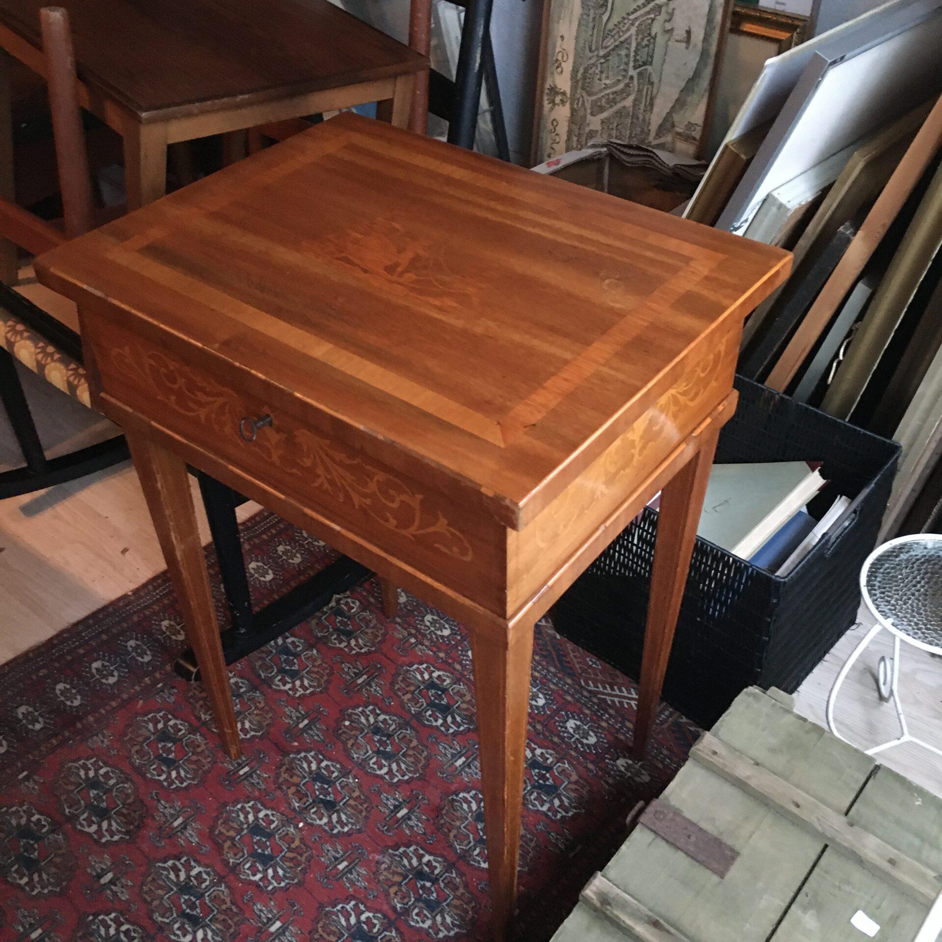 antik sybord, mahogny med indlagt rosentræ, pris 500 kr