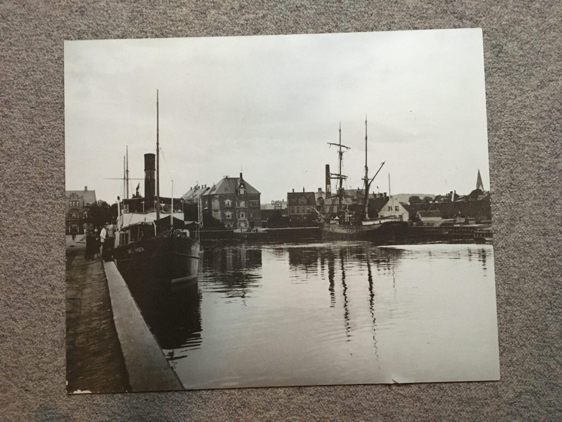 stor fotostat, 58x68 cm, Vejle Havn anno ca 1910, pris 200 kr