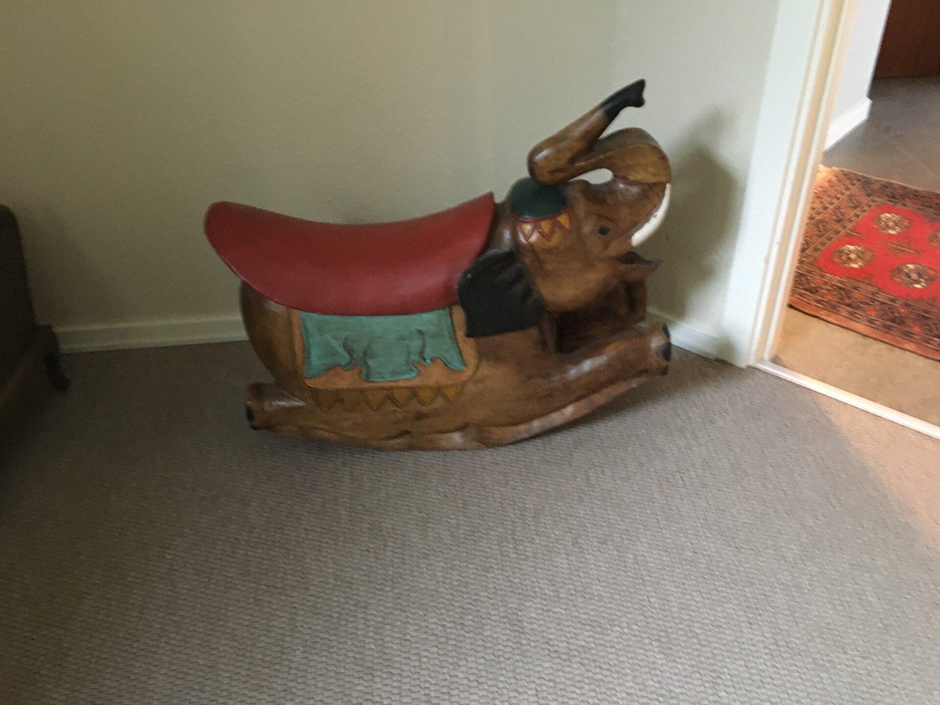 Gyngehest i form af elefant, skåret i træ, meget tung, pris 500 kr