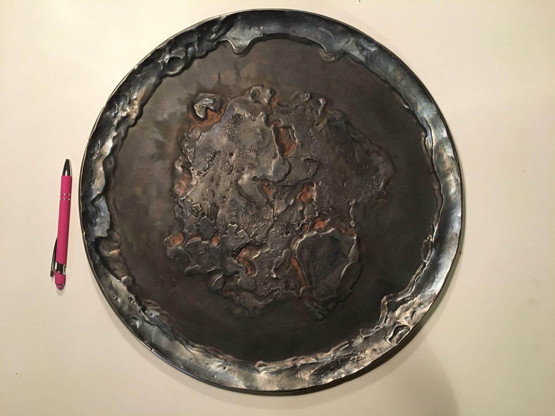 stort metal fad til Vægophæng, d=43 cm, signeret J.D. Flansmose, 81, pris 500 kr