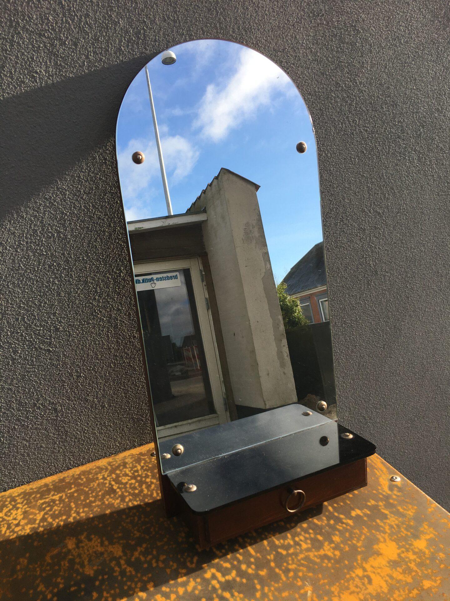 Retro spejl med glashylde og skuffe, ca 1950, h = 70 cm, pris 300 kr