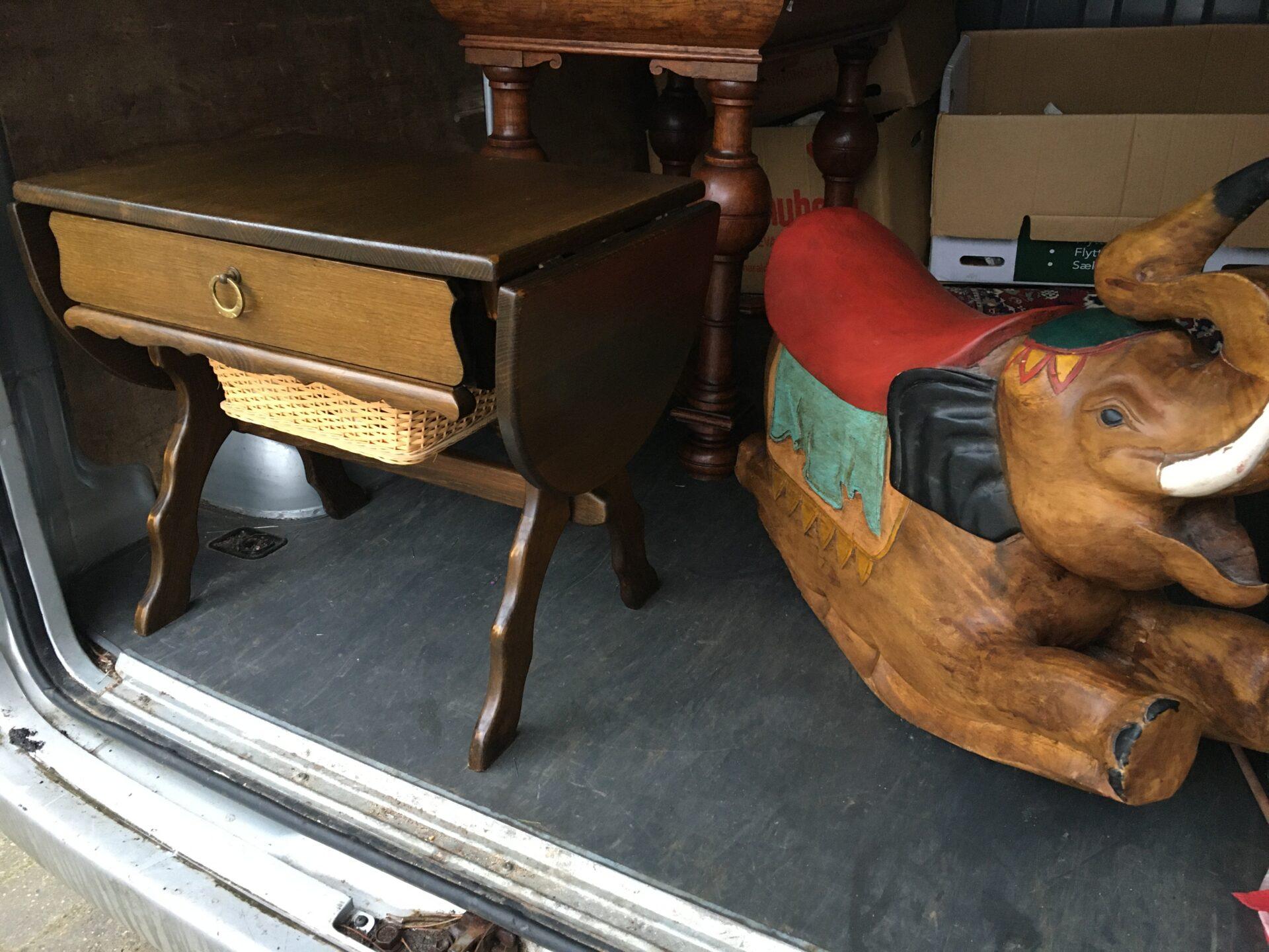 Sybord, egetræ med klapper og kurv, indhold medfølger, pris i alt 400kr