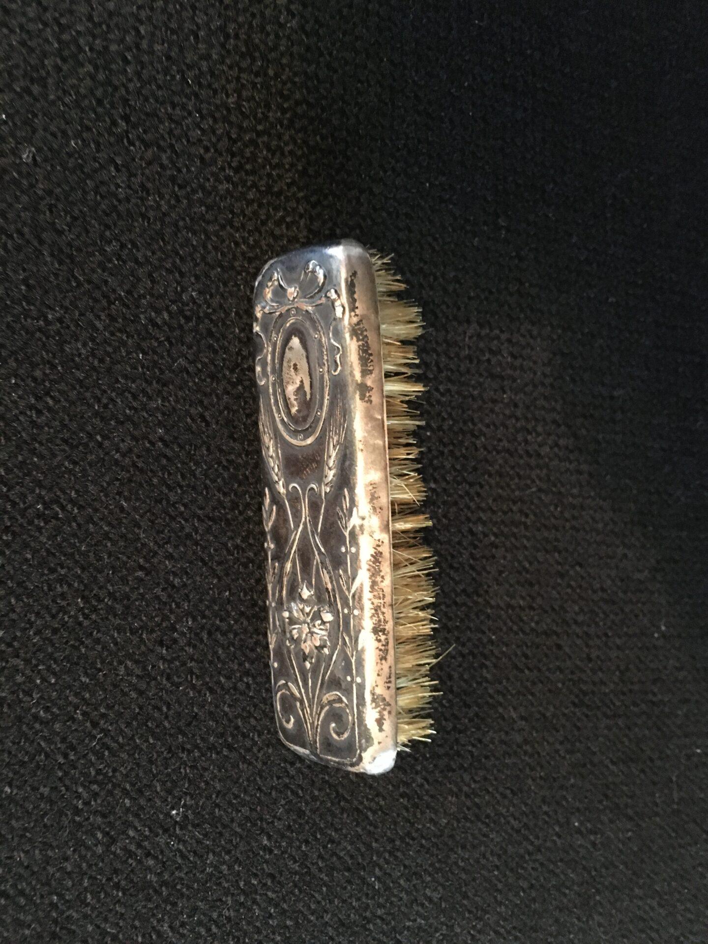 Antik moustache børste af sølv (830), l= 7 cm, pris 200kr