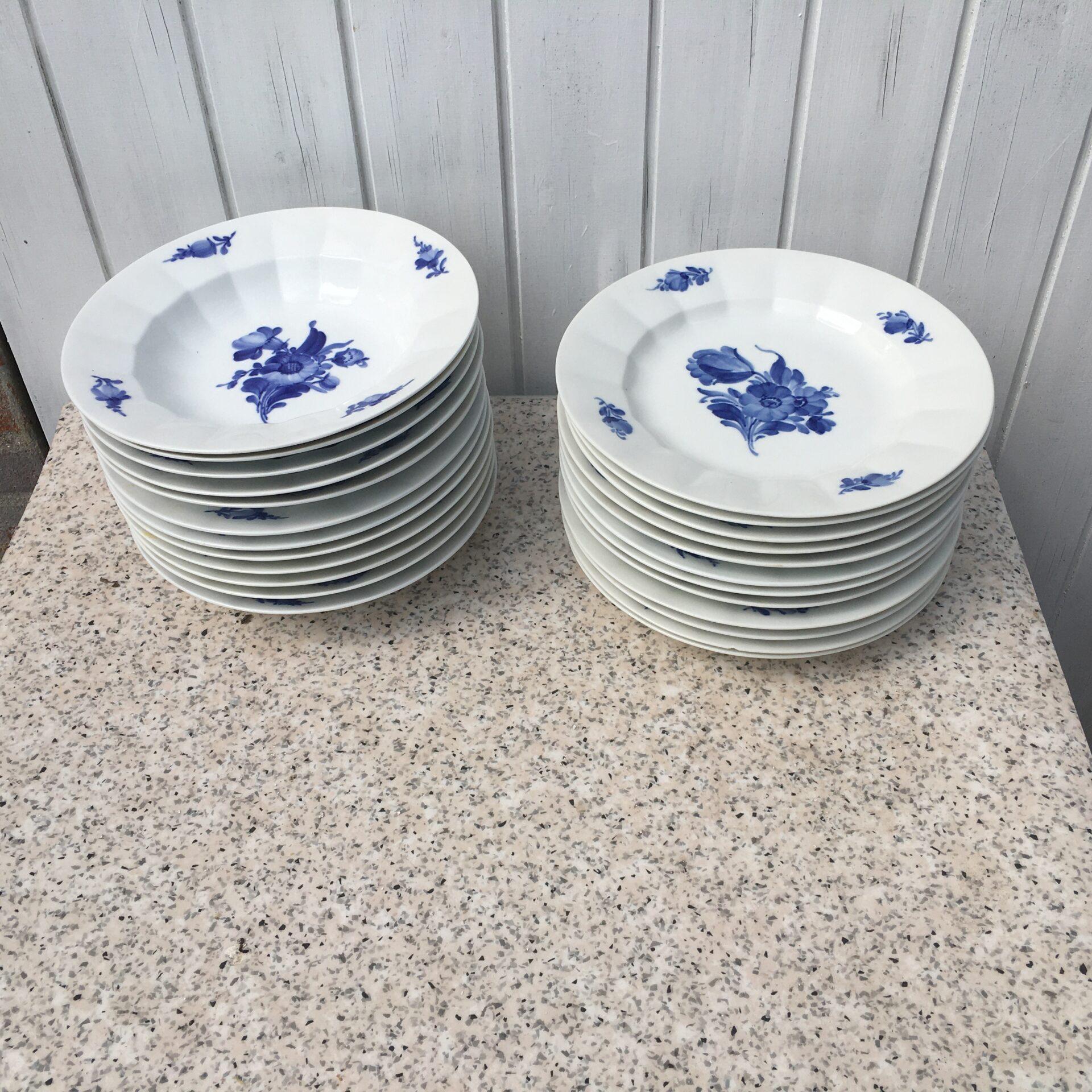 Blå Blomst, Kantet, middsgastallerkner nr. 8549, d=25 cm, pr stk 250kr.