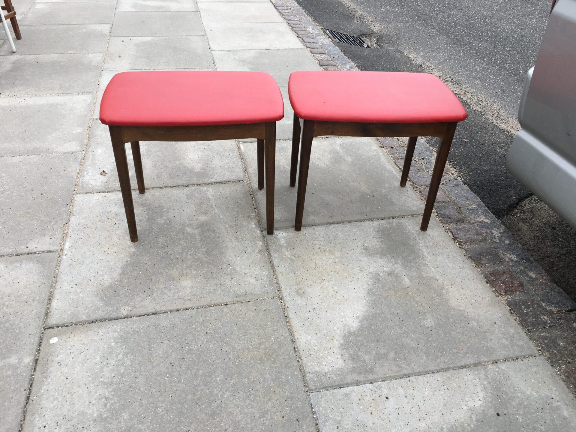 2 stk retro puffer/taburetter, betrukket med rødt kunstlæder, pr stk 250 kr