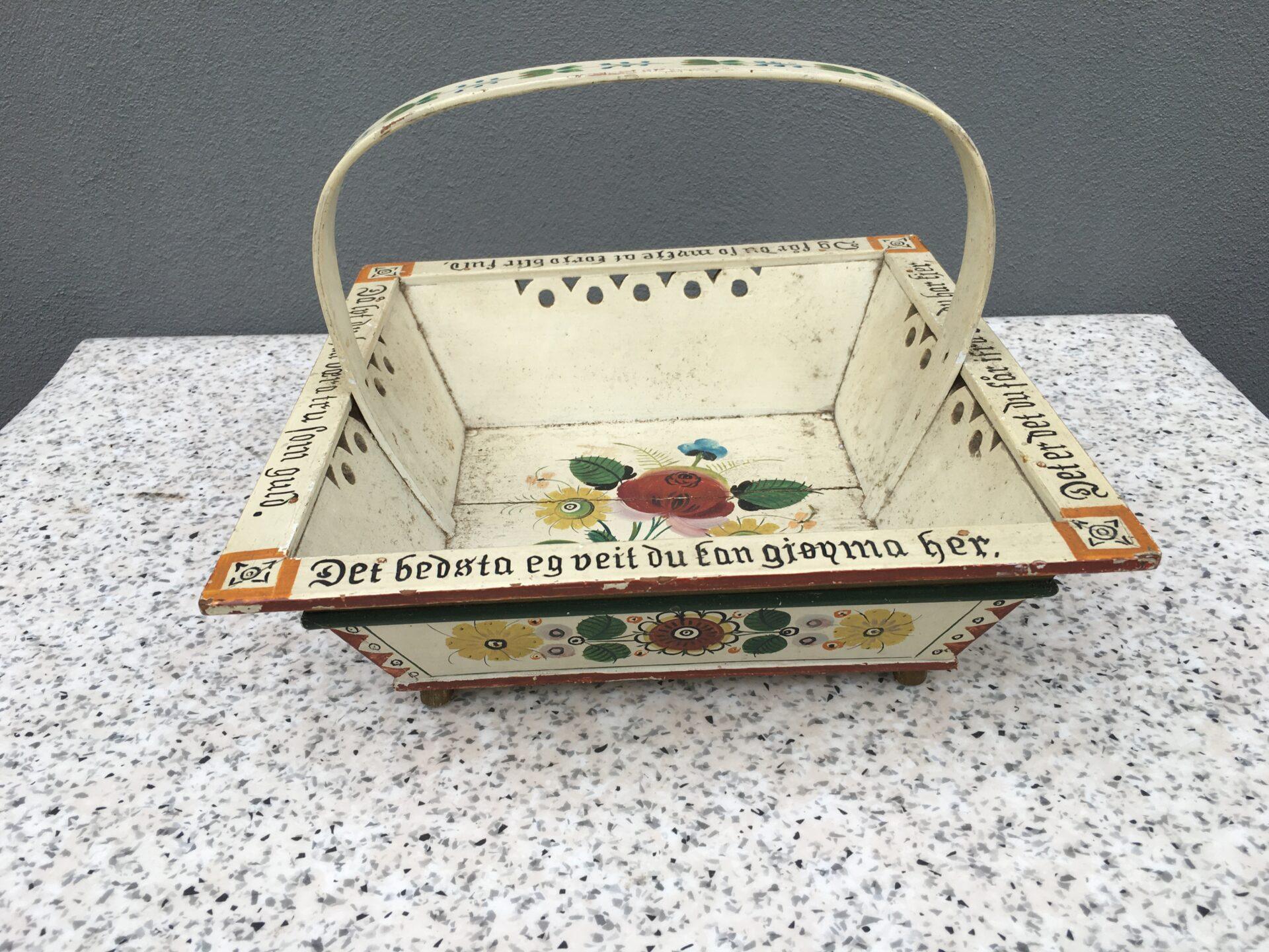 Norsk Almuebakke, 1800-tallet, original bemaling med blomster og tekst, pris 500kr