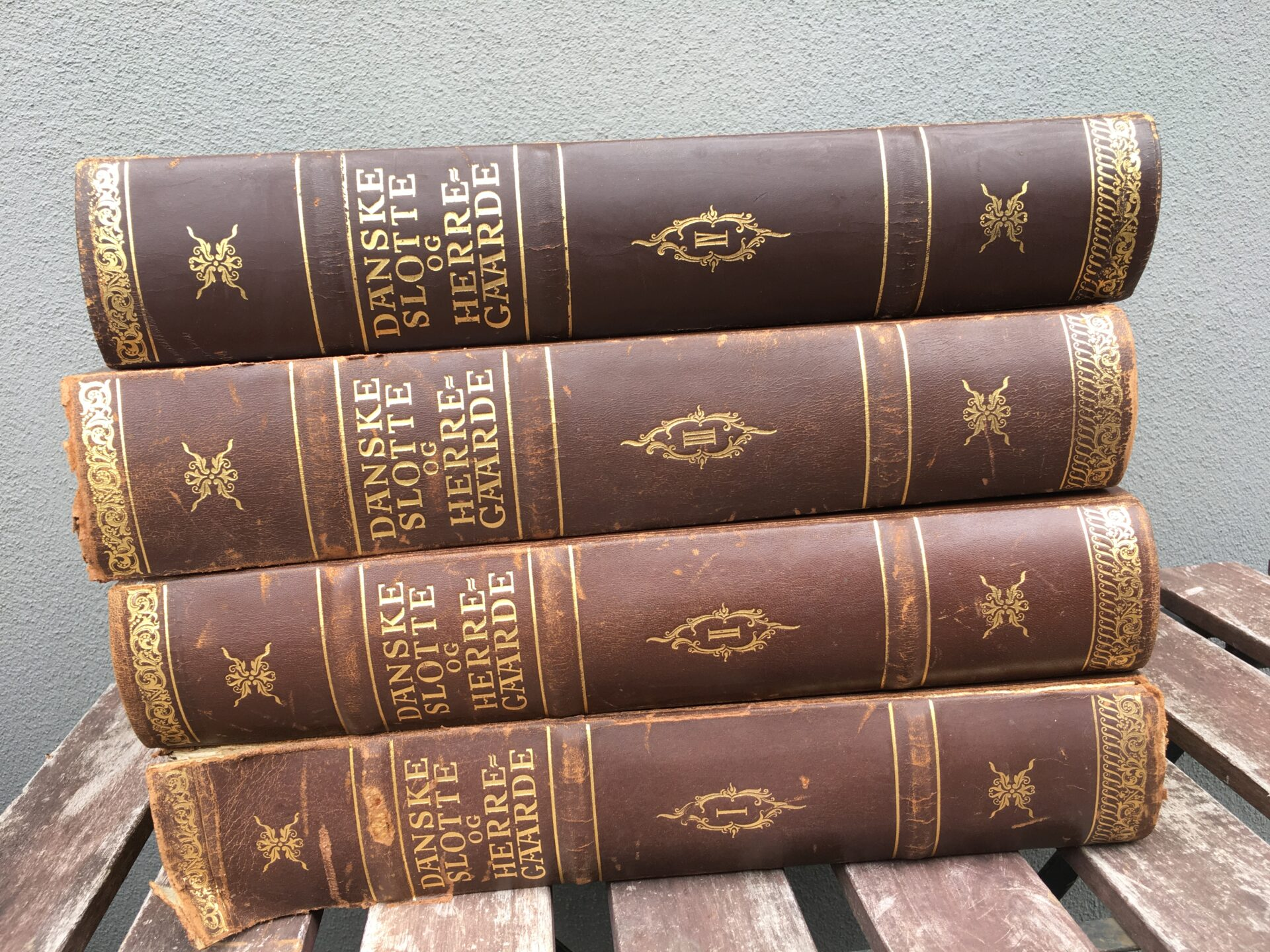 Danske slotte og herregårde, 4 bd, årg. 1944, Hassings forlag. Pris i alt 400kr