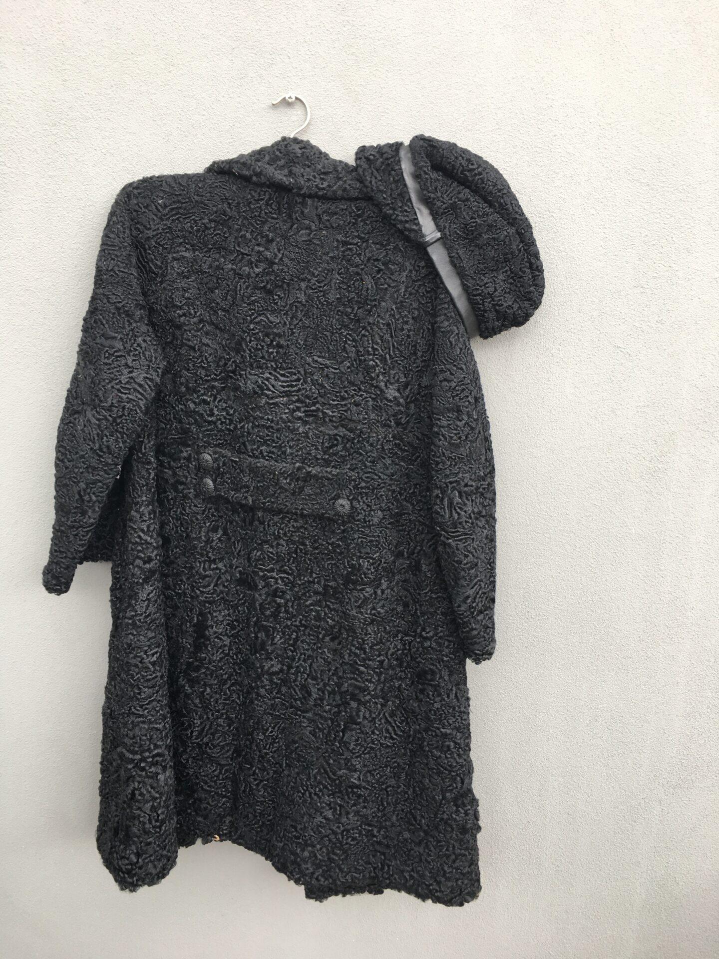 persianer pels med 2 stk tilhørende hatte af persianerskind, ialt 500kr