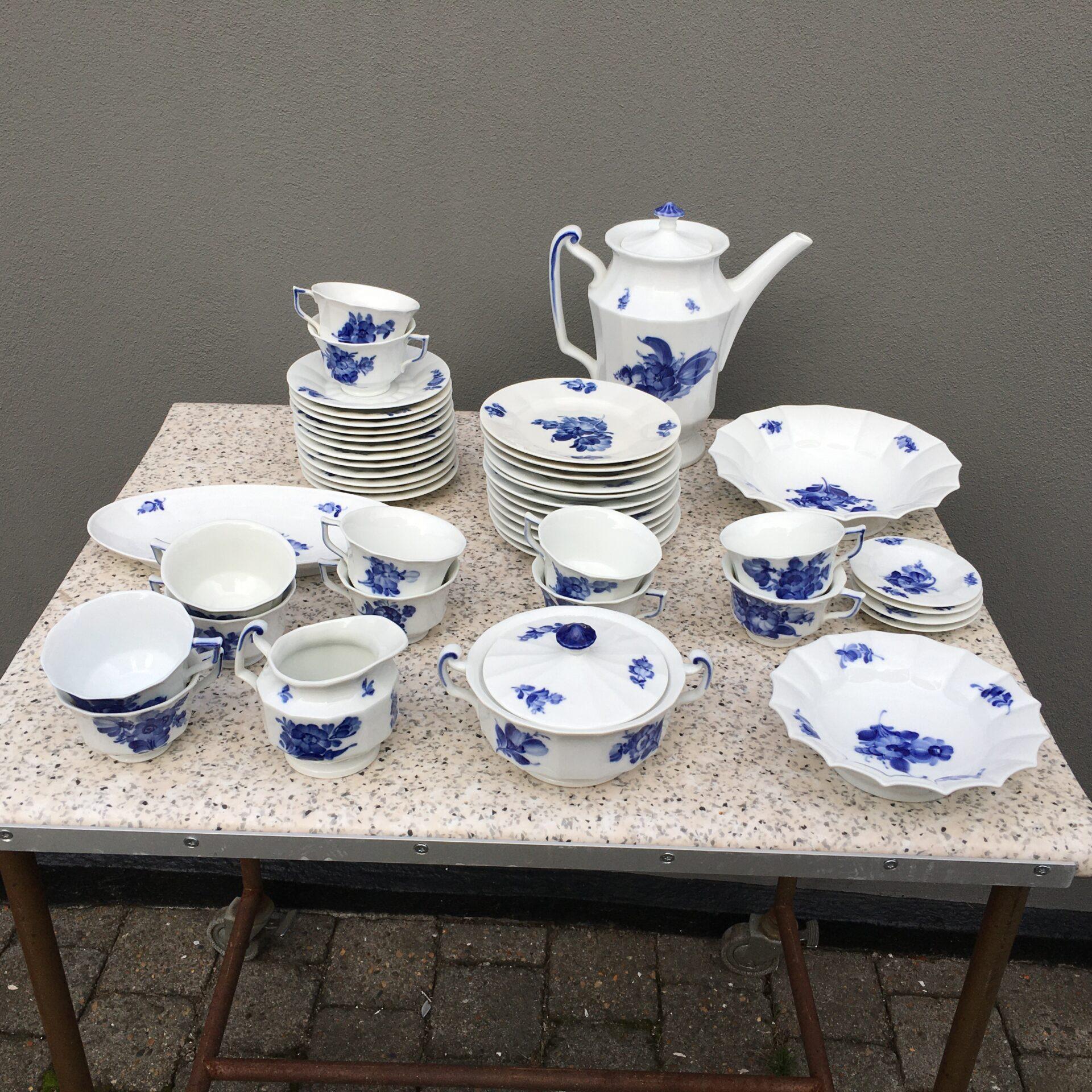 Kongelig porcelæn, Blå Blomst, Kantet, kaffestel til 12 pers. (kop nr.8608) samlet pris 2000kr