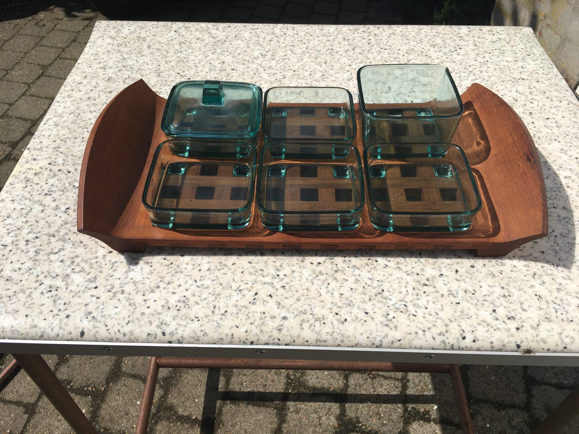 Jens H. Quistgaard, Cabaretfad/anretterbakke, teakbakke med turkisfarvet glasskåle, pris 800kr