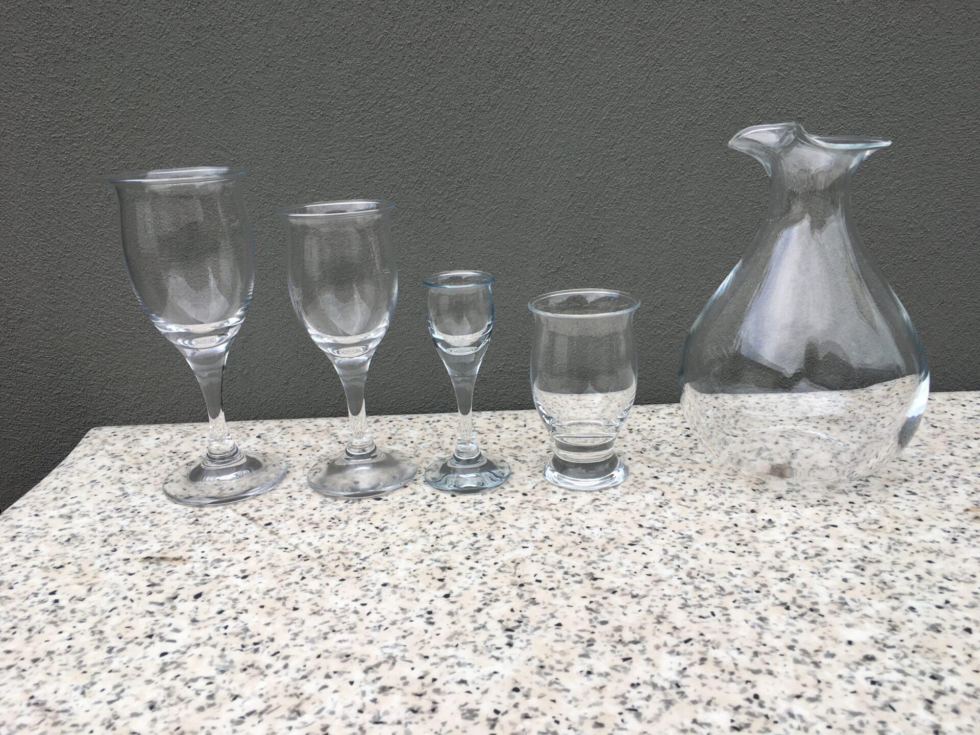Holmegaard Idelle, rødvin og hvidvin pr stk 75 kr.Snaps og vand pr. stk 50 kr. Fremstår som ubrugt