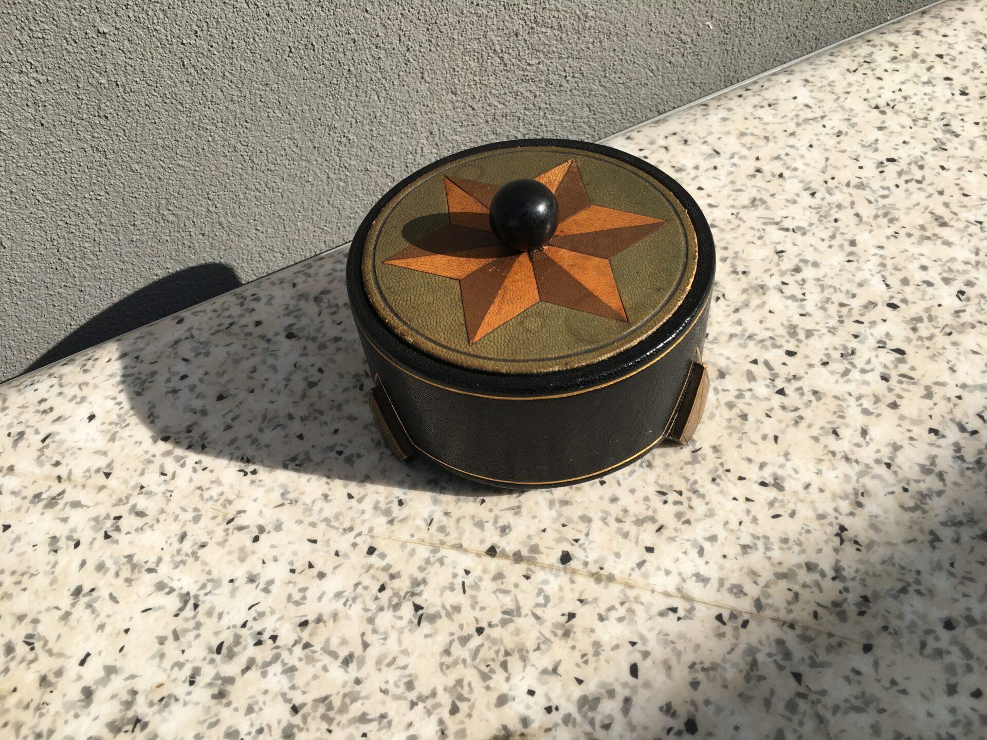 Art dco, bonbonniere, betrukket med læder, pris 200kr