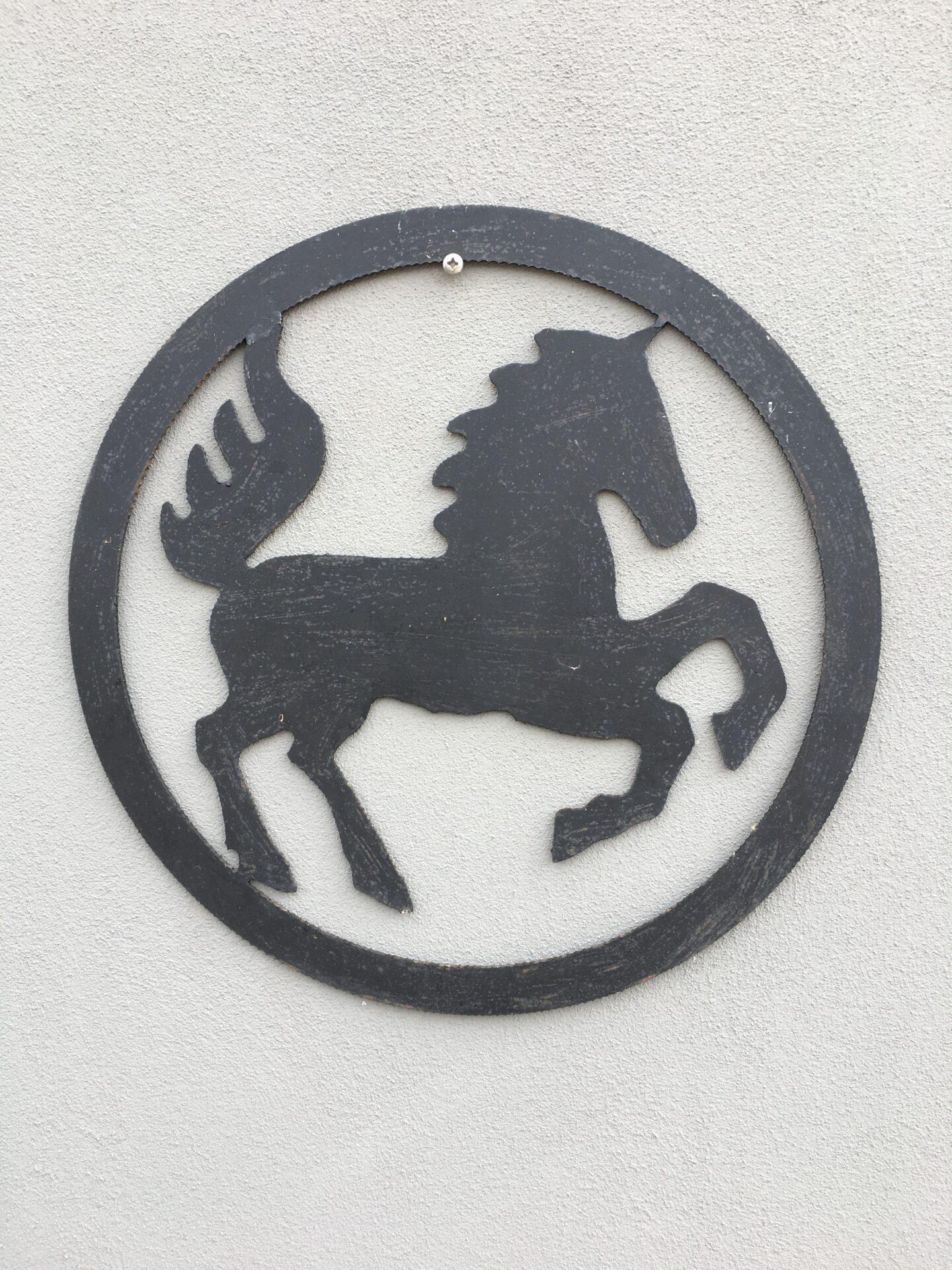 Glad hest, skåret ud af pladejern, d=50 cm, pris 200kr