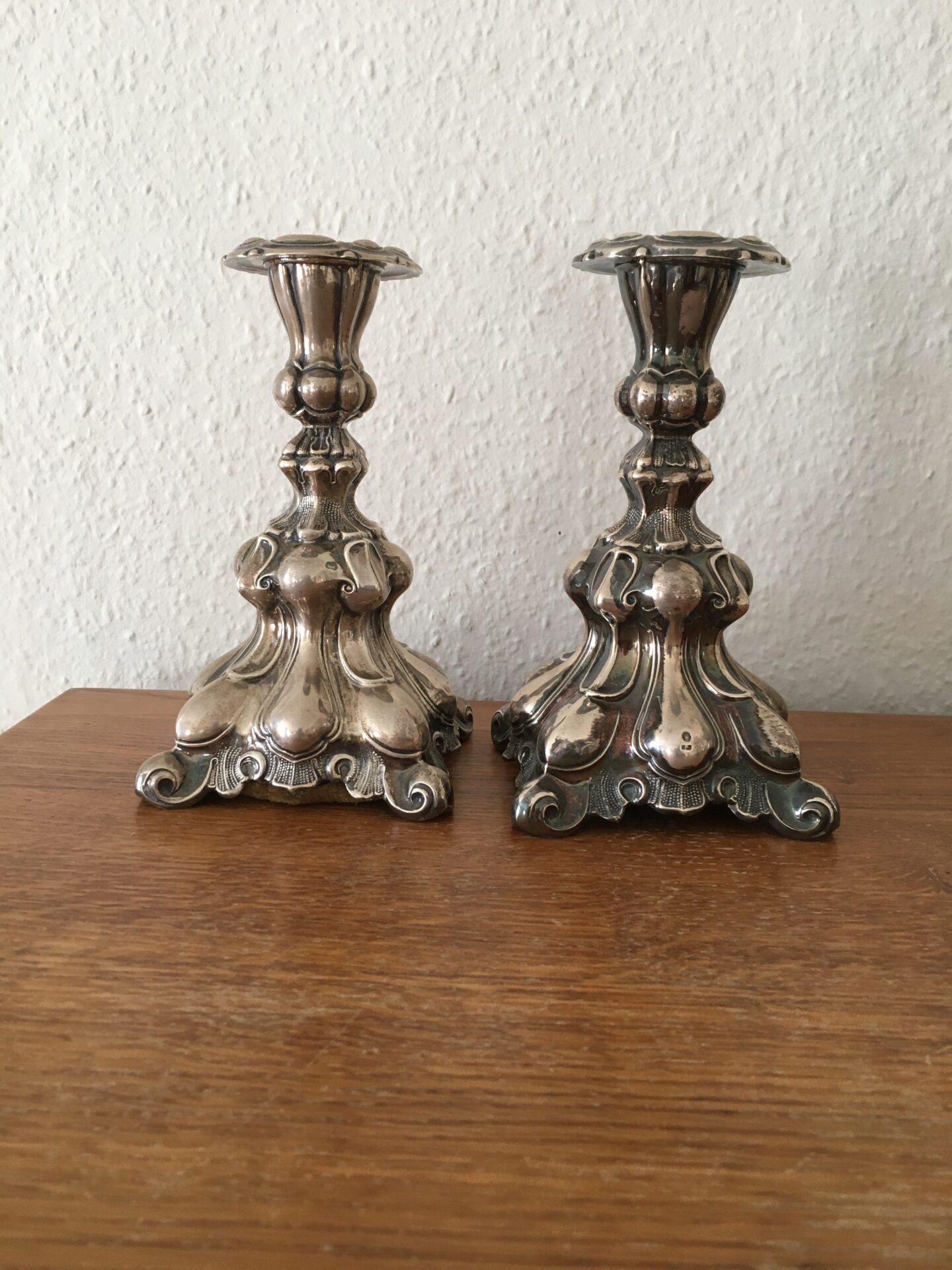 2 stk 3-tårnet sølvlysestager, rokokostil, stemplet HJ og Guardianmærke, samlet pris 1800kr